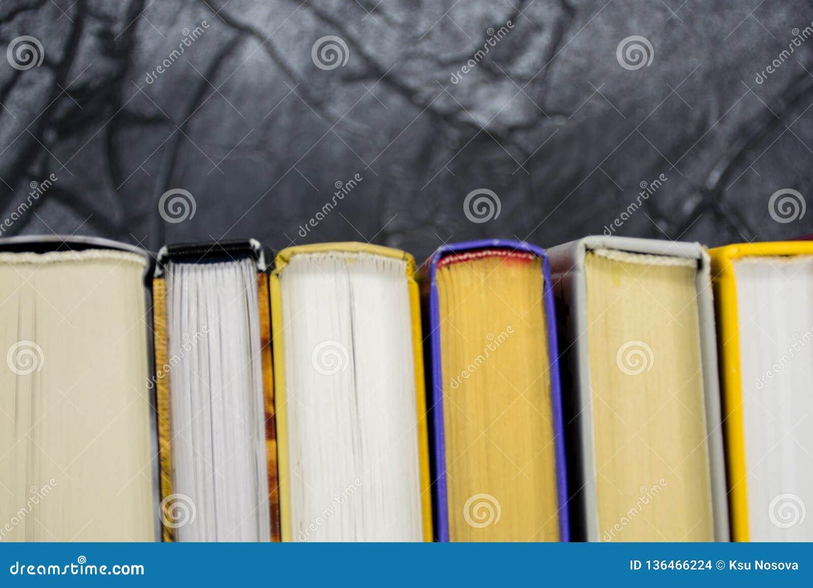 Odgórny widok jaskrawy kolorowy hardback rezerwuje w okręgu Otwarta książka, rozniecone strony