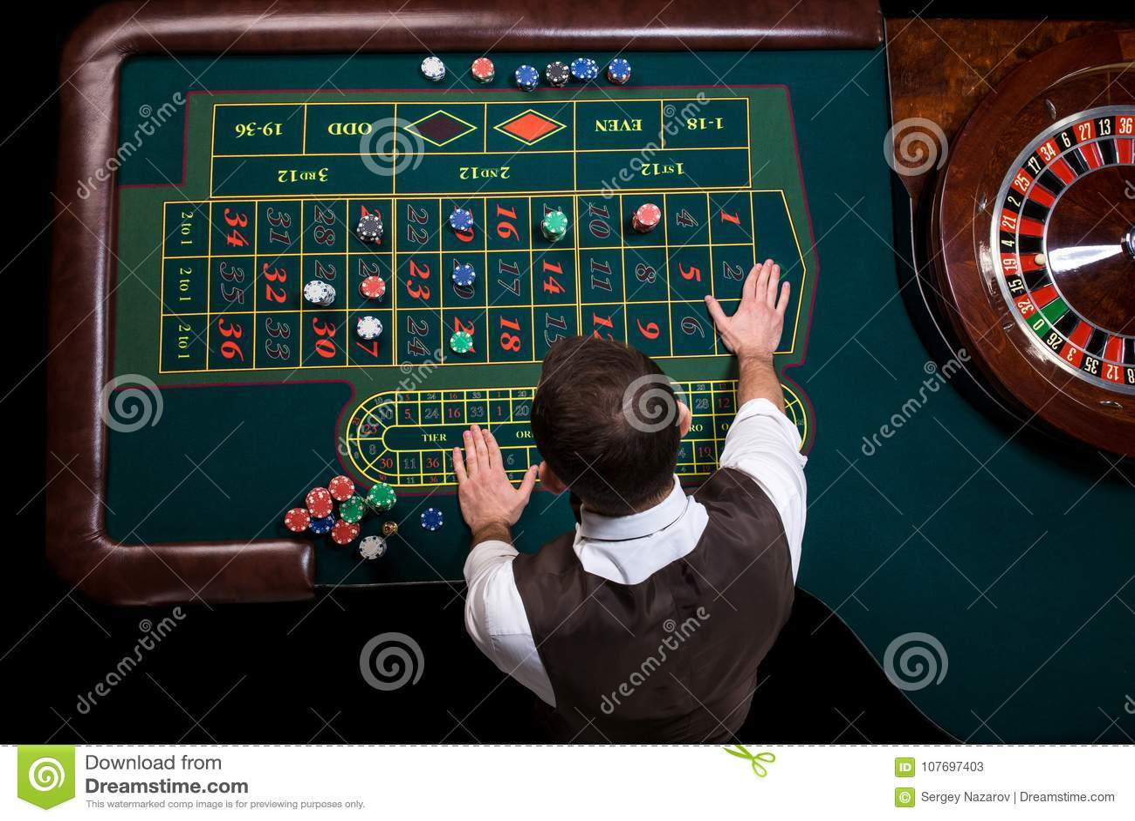 Odgórny widok kasynowy krupier i zielony ruleta stół Dziąsła