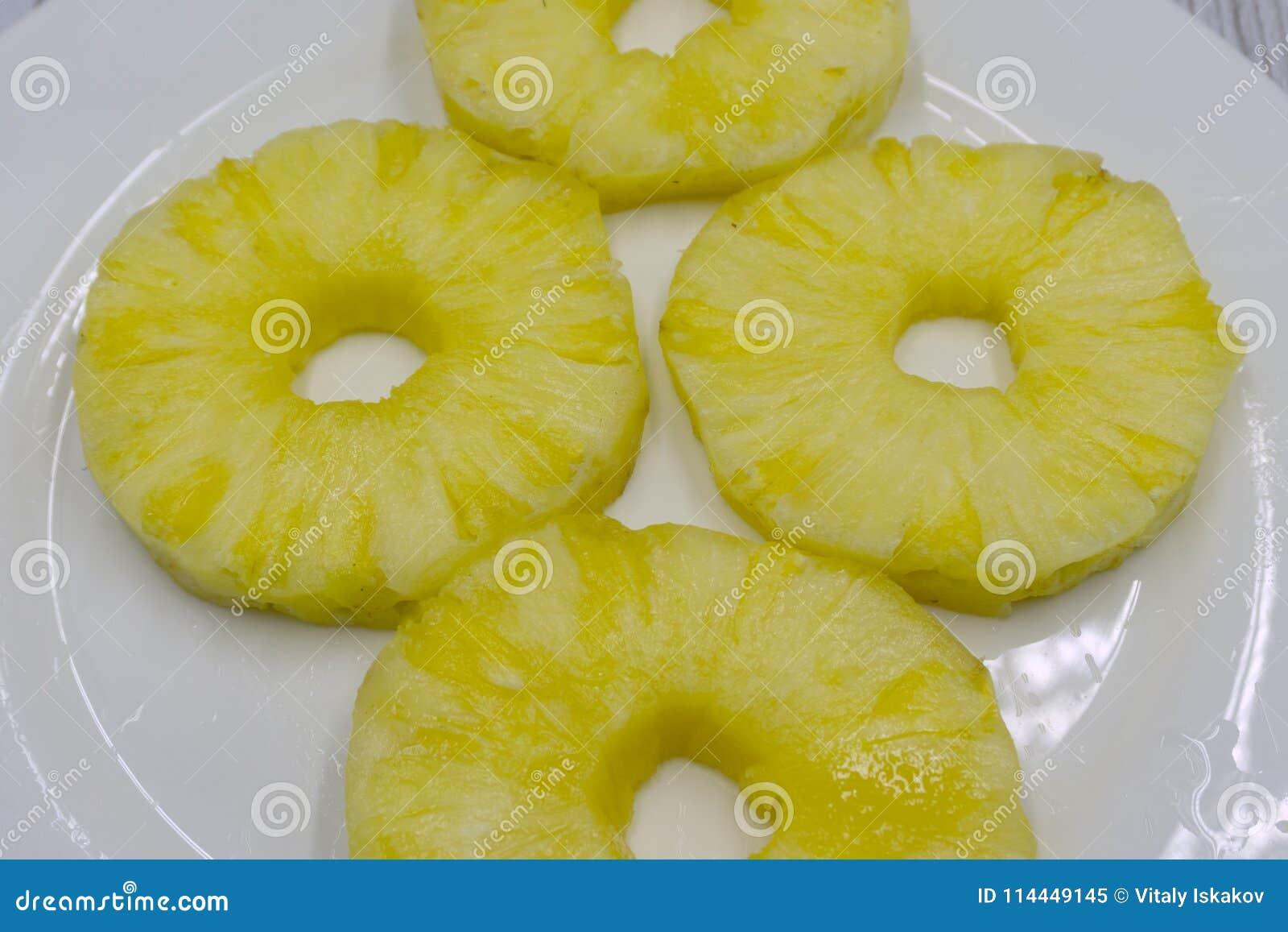 Odgórny widok konserwować ananas dzwoni na bielu