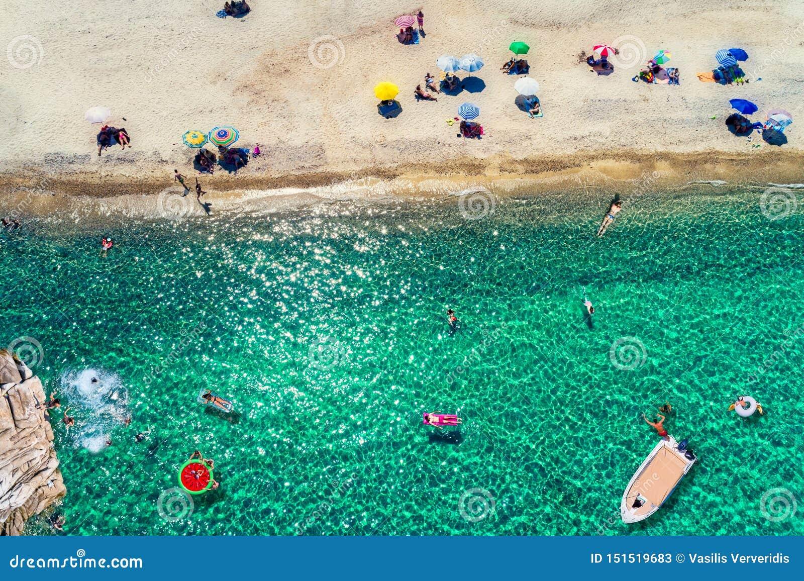 Odgórny widok ludzie cieszy się plażę przy Chalkidiki