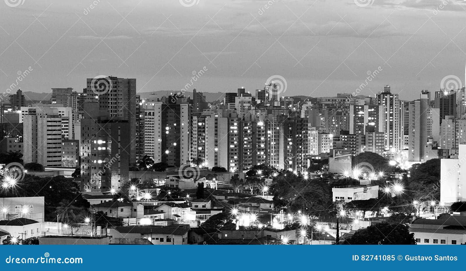 Odgórny widok miasto Campinas przy wieczór, w Brazylia, w czarny i biały wersi