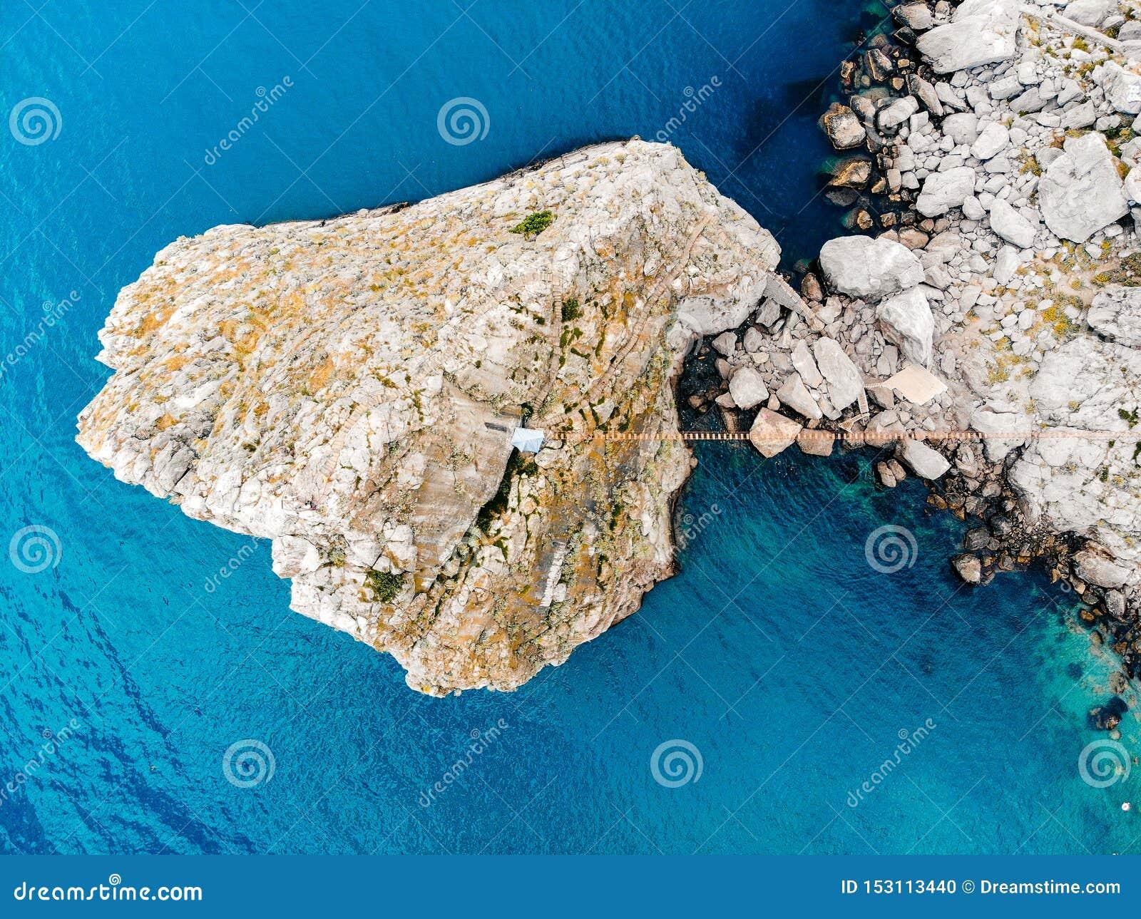 Odgórny widok osamotniona skała w morzu, Crimea