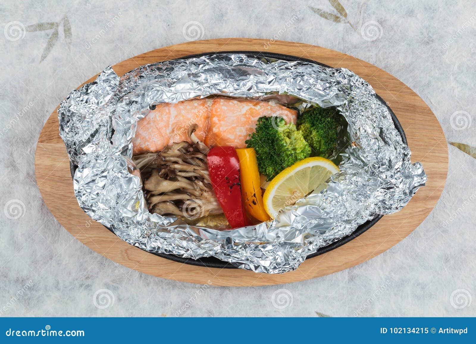 Odgórny widok Piec na grillu łosoś w Foliowej paczce z brokułami, dzwonkowym pieprzem, pieczarką i plasterek cytryną,