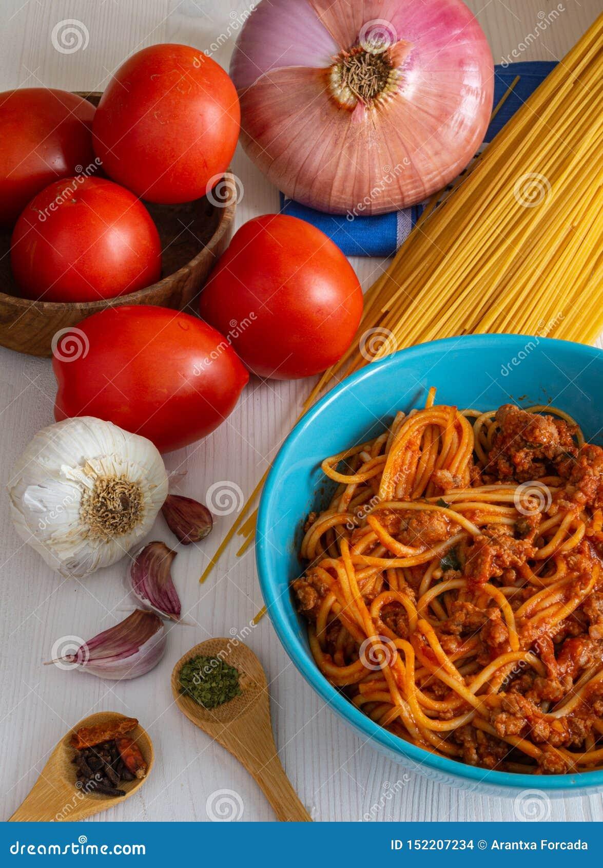 Odgórny widok pionowo spaghetti Bolognese z składnikami, pomidorem, cebulą, czosnkiem i pikantność swój,