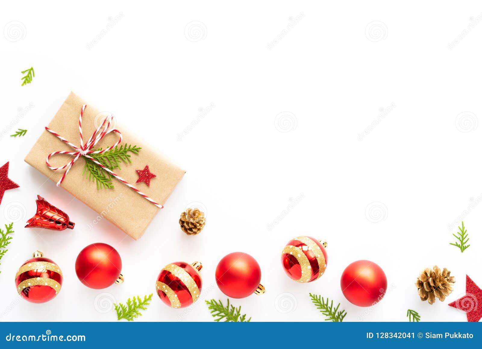 Odgórny widok prezenta pudełko, sosna rożki, czerwieni gwiazda i dzwon na drewnianym białym tle,