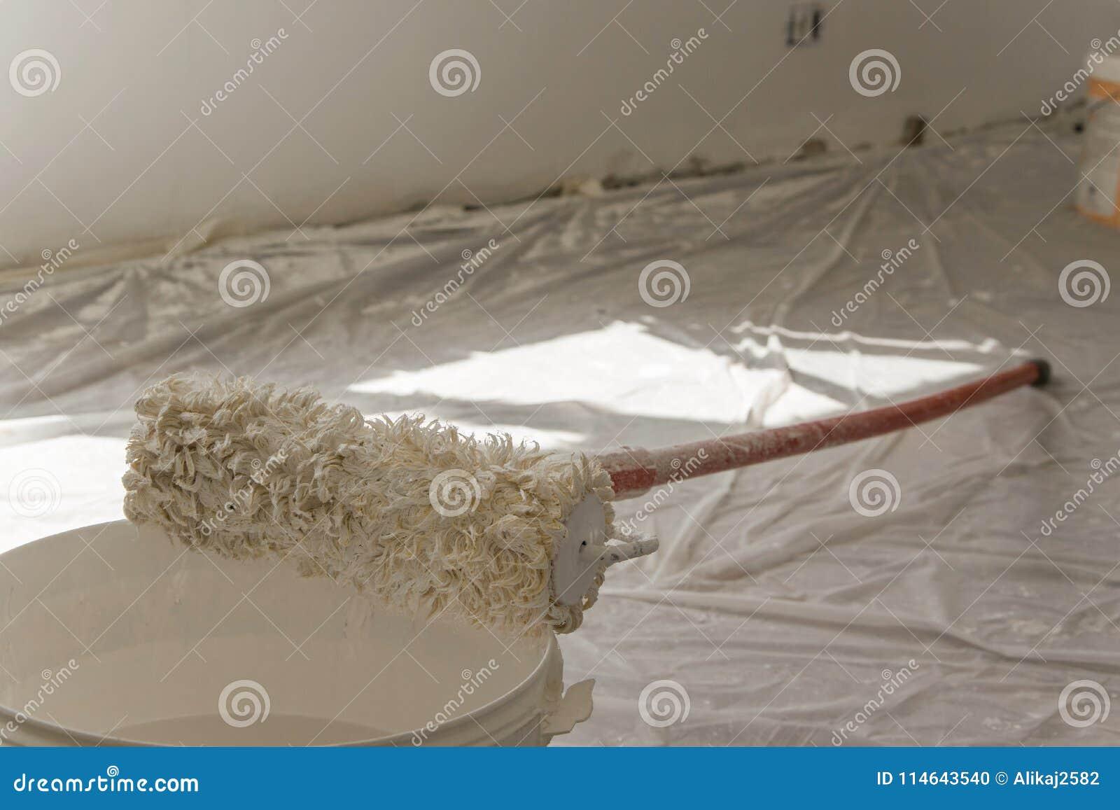 Odgórny widok rolownik pokrywa z farbą od wiadra