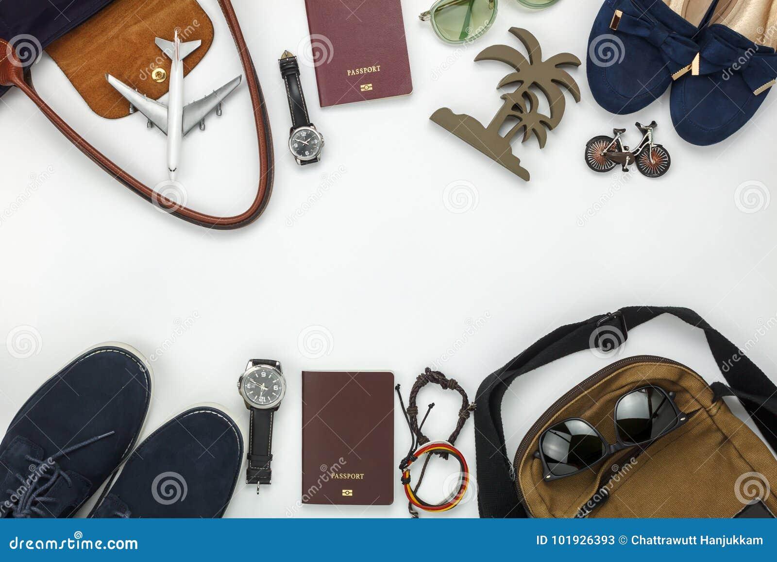 Odgórny widok rzeczy dla podróży z mod kobiet & mężczyzna tłem