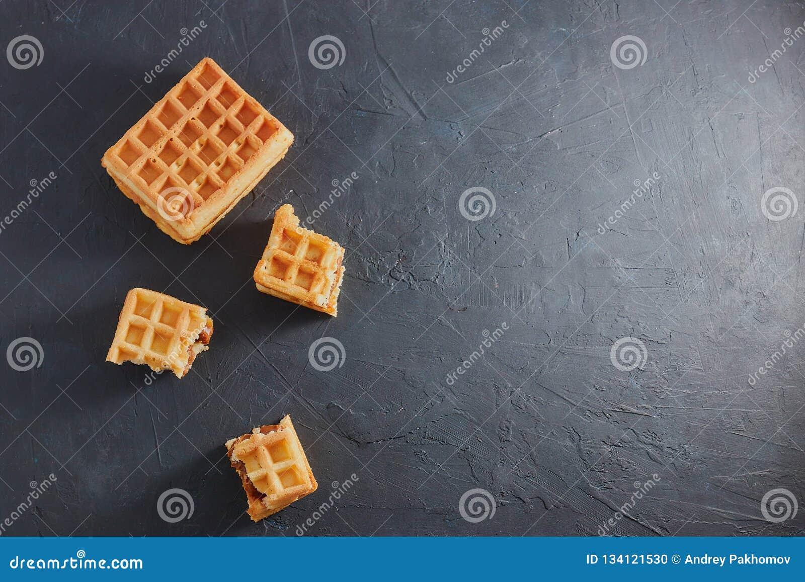Odgórny widok słodcy świezi Wiedeńscy opłatki łamający w kawałki dalej na czarnym stole kosmos kopii Europejczyk dla śniadania