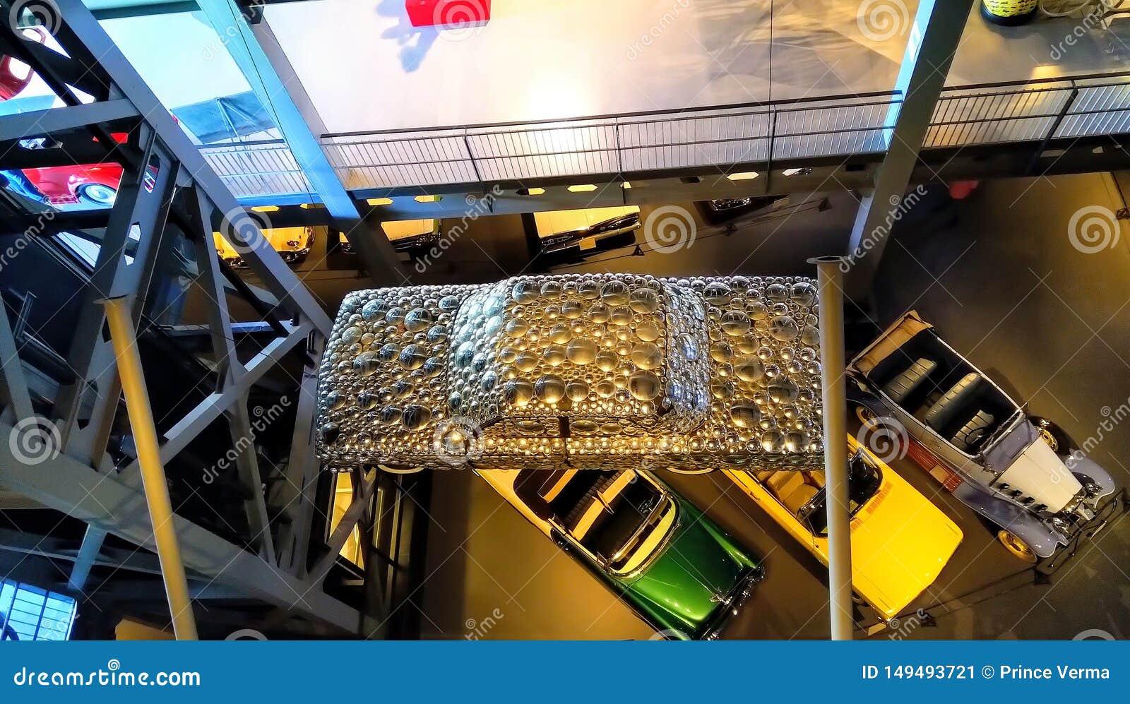 Odgórny widok samochód zakrywający z stalowymi talerzami Unikalny pojęcie nowożytny samochód
