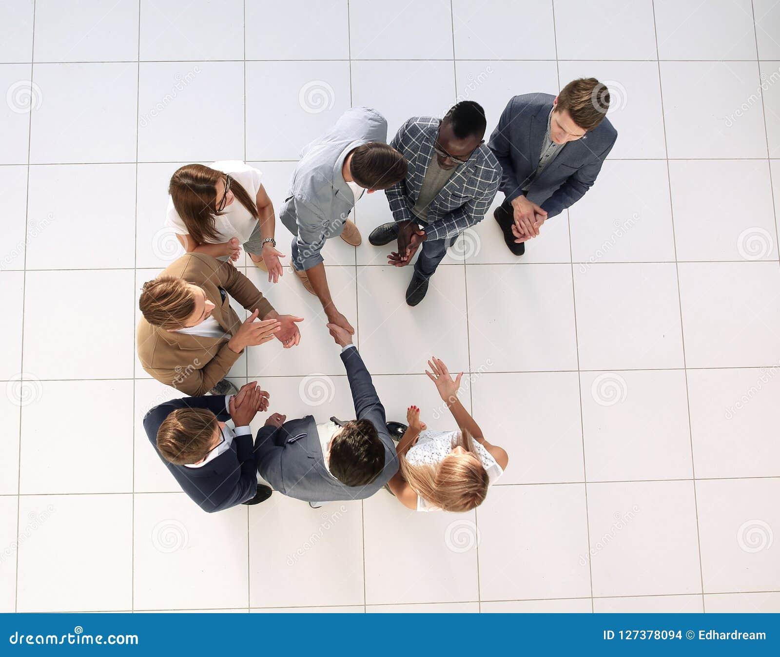 Odgórny widok Spotkanie partnery biznesowi w biurze