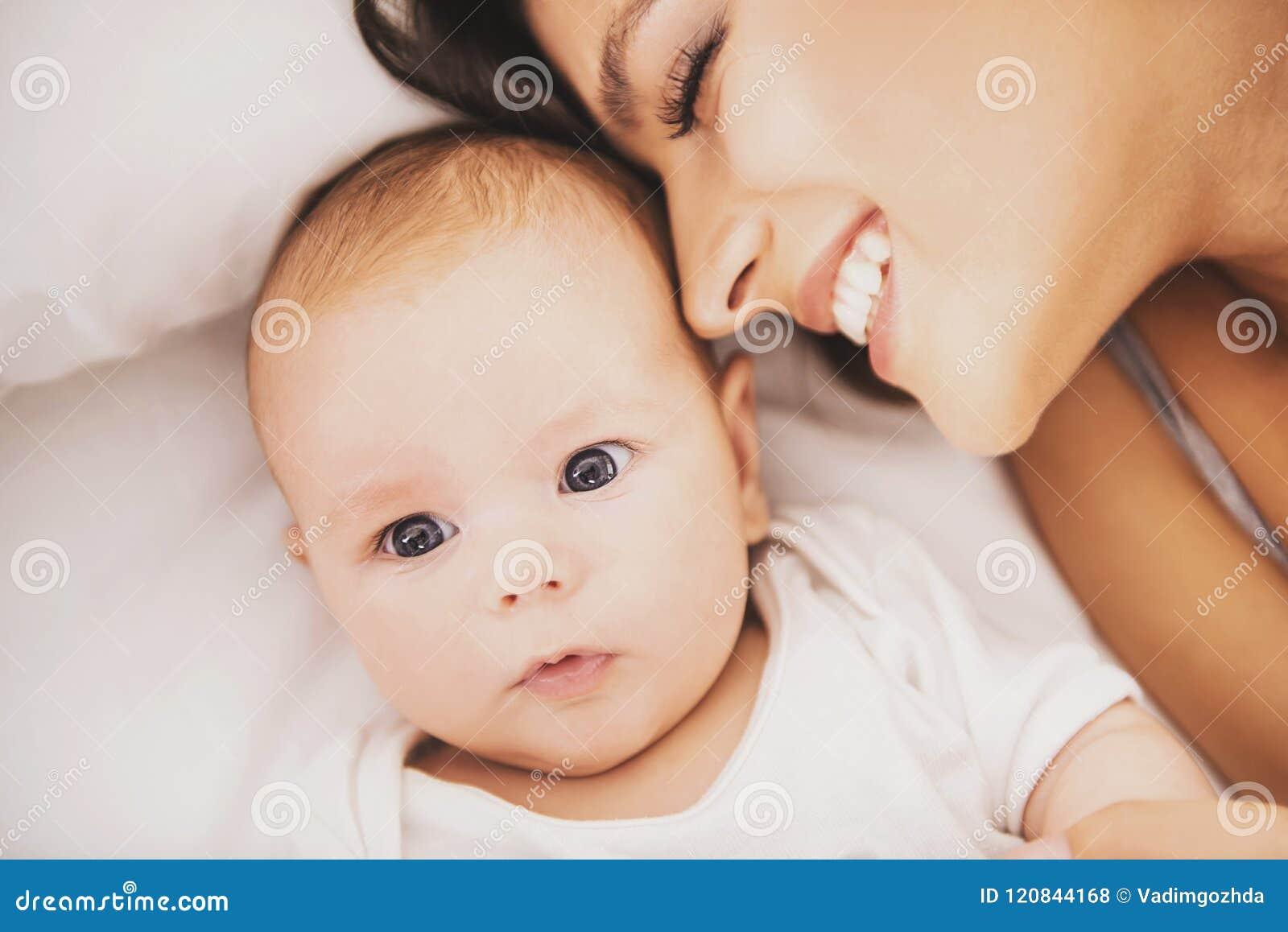 Odgórny widok Szczęśliwa potomstwo matka z dzieckiem w łóżku