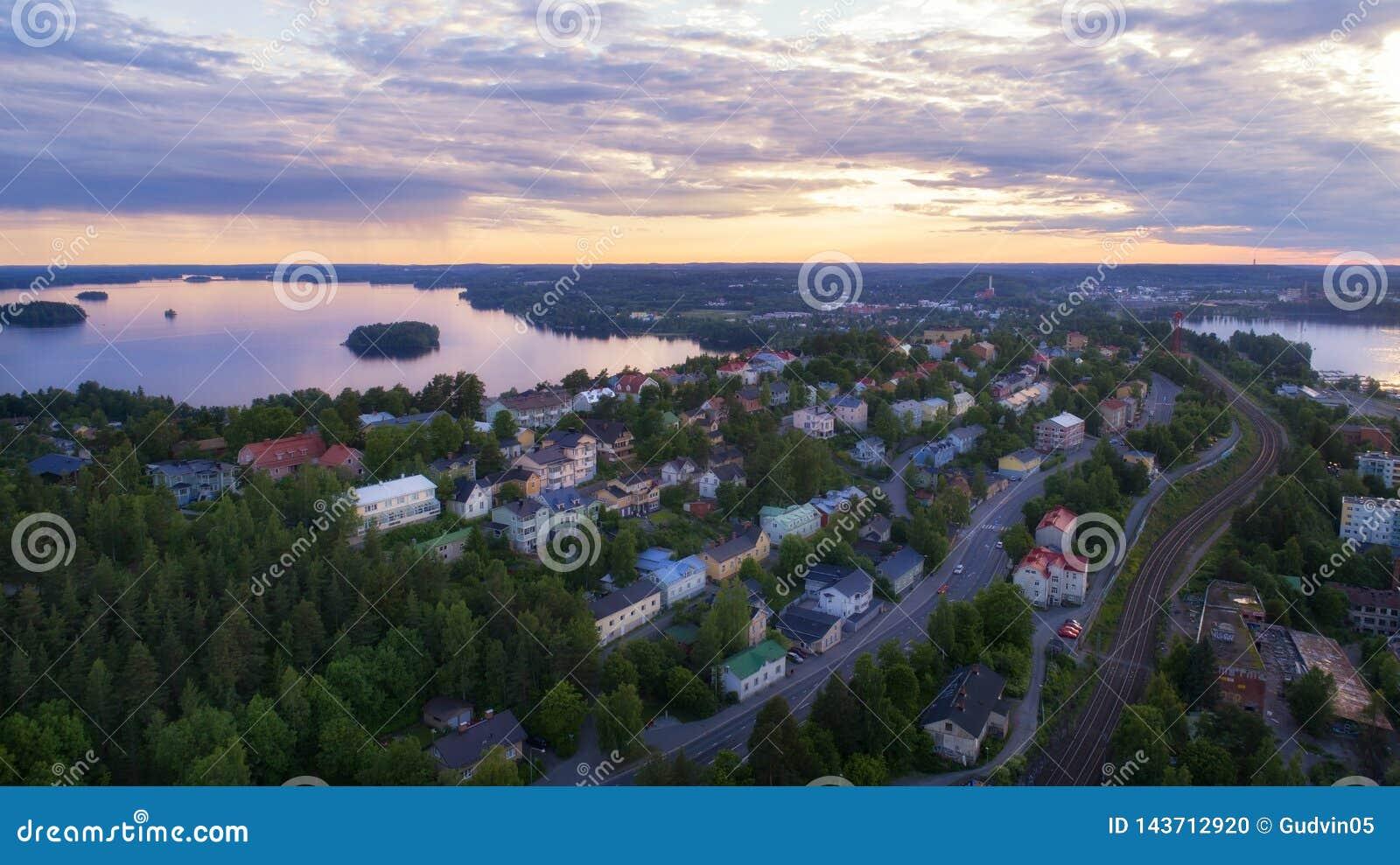 Odgórny widok Tampere miasto przy pięknym zmierzchem