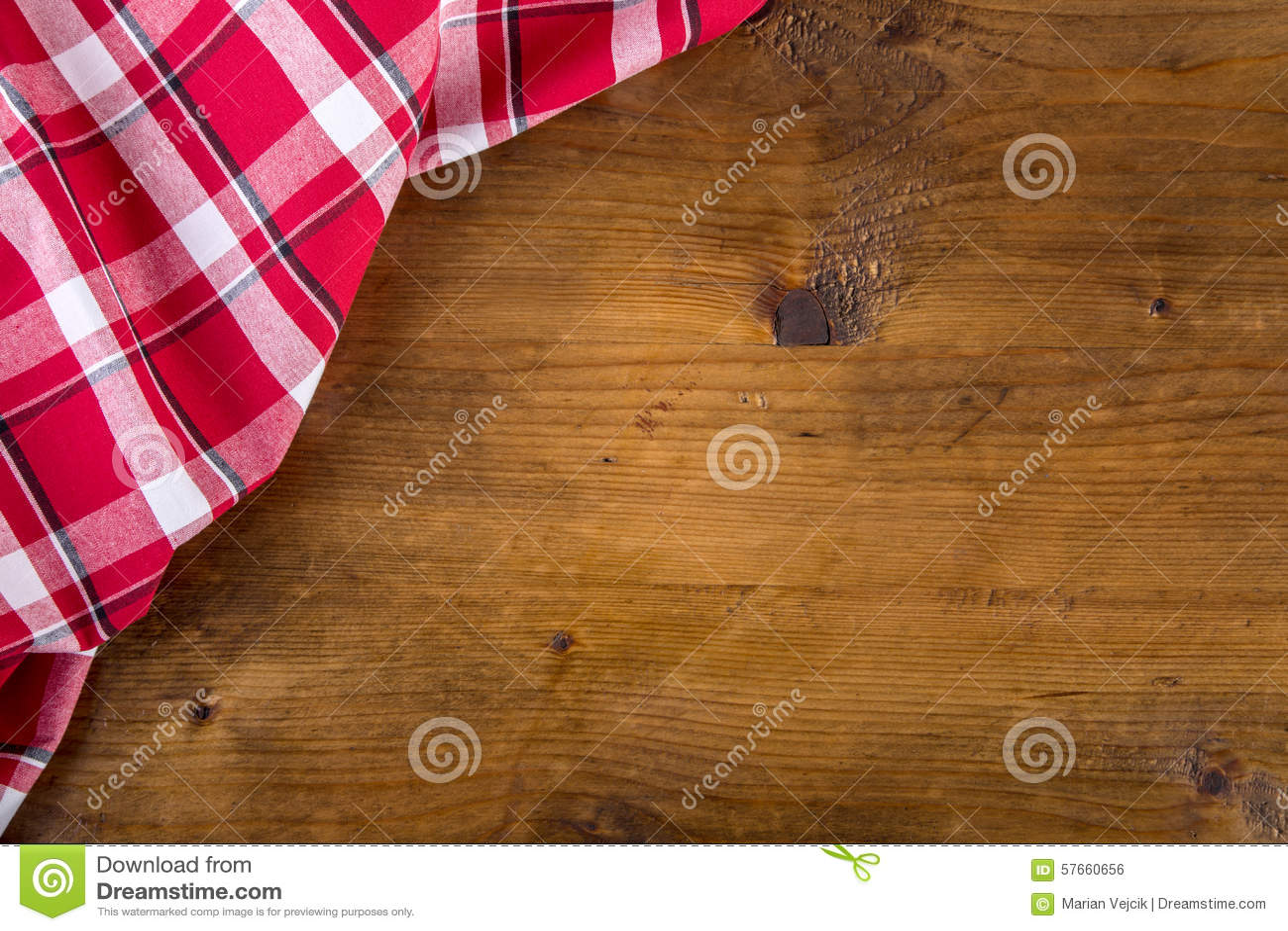 Odgórny widok w kratkę kuchenni ręczniki na drewnianym stole