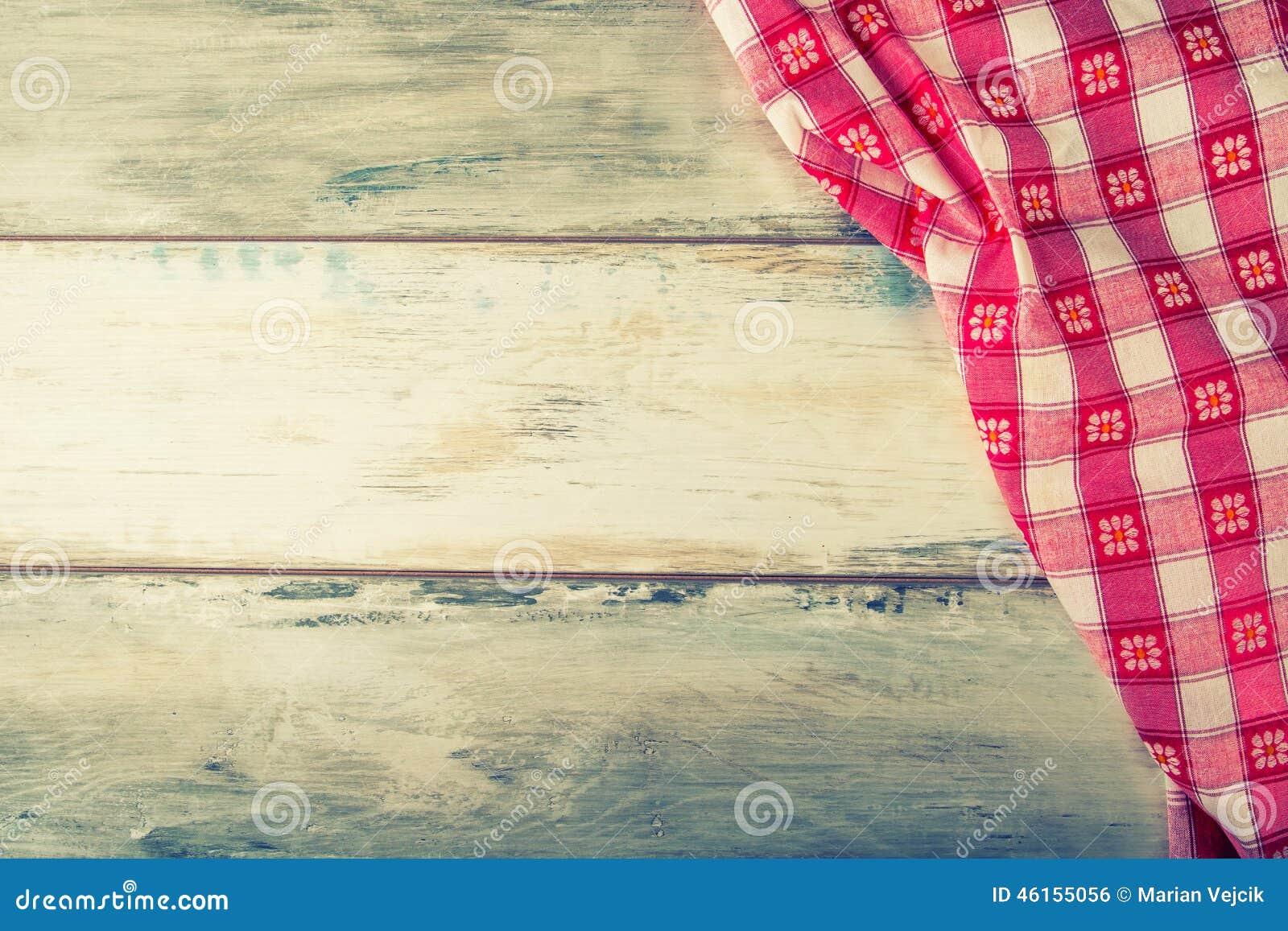 Odgórny widok w kratkę pielucha na drewnianym stole