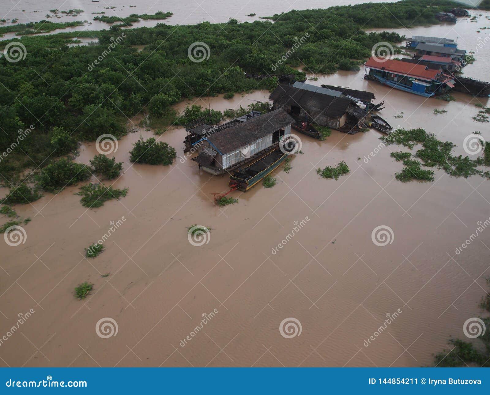 Odgórny widok wioska na wodzie w Azja -