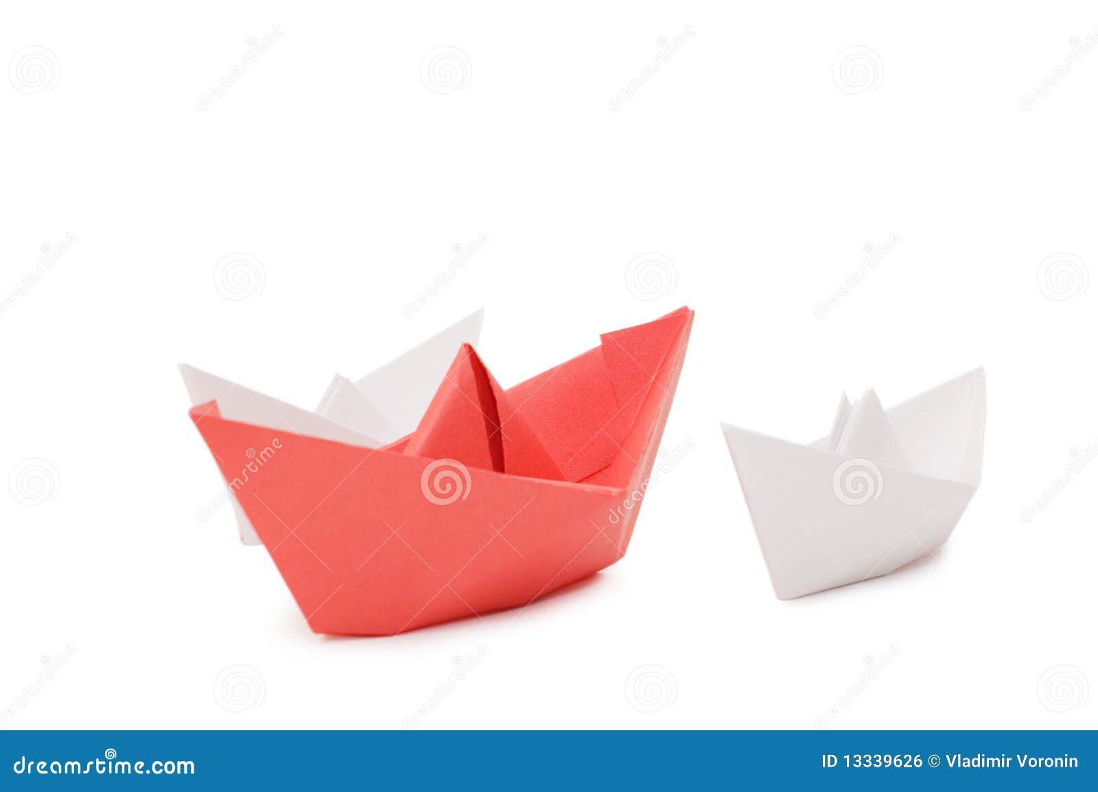 Odizolowywający nad biały papierowymi statkami