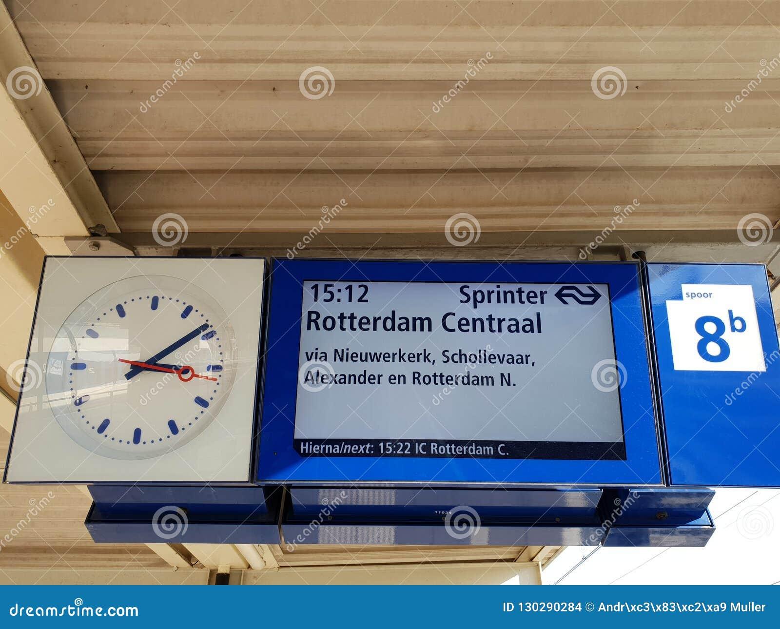 Odjazd deska na platformie stacji kolejowej Gouda, pociąg przewodzi Rotterdam w holandiach