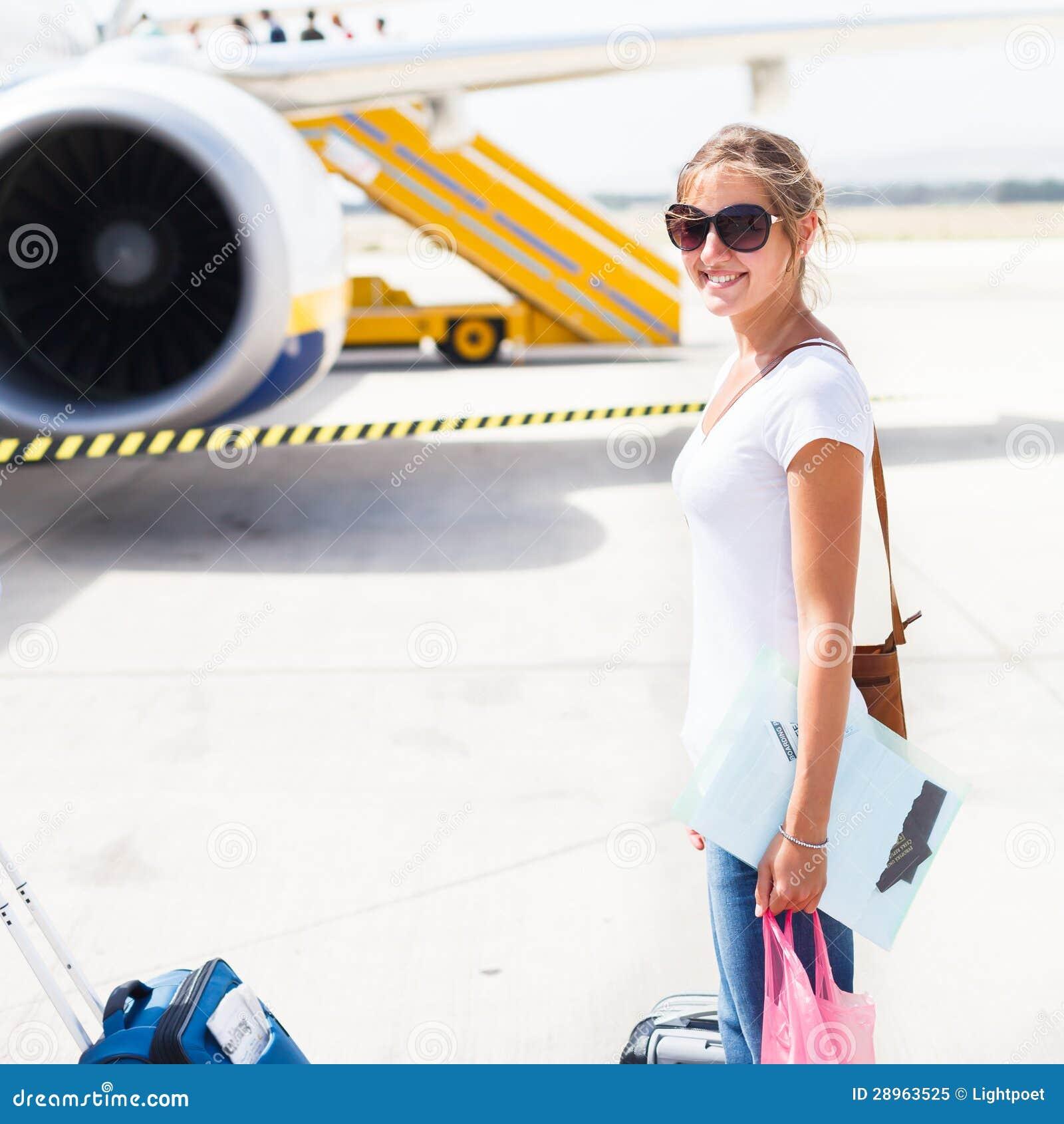 Odjazd - młoda kobieta przy lotniskiem