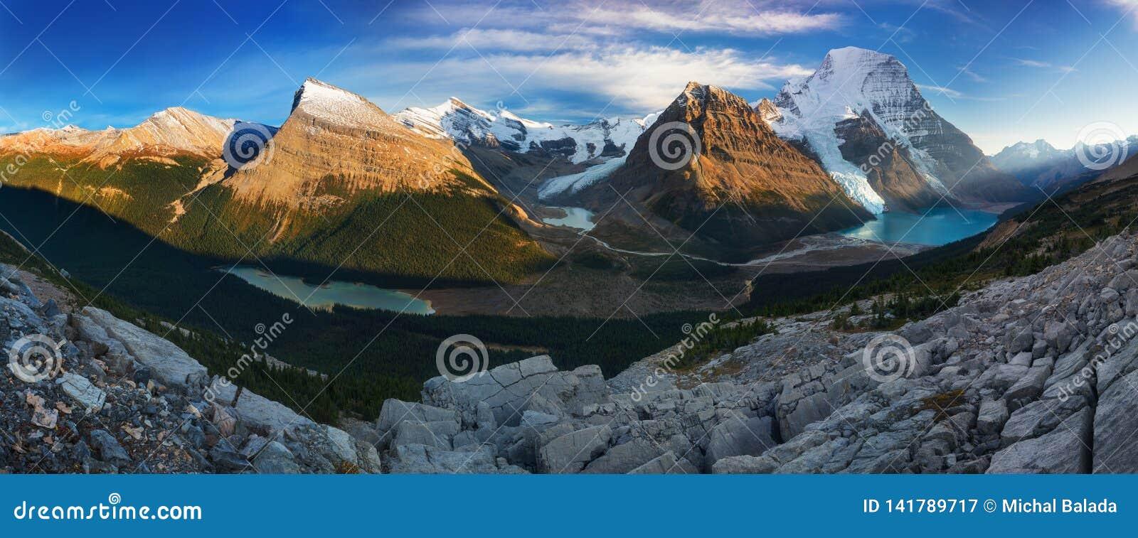 Odleg?y Panoramiczny krajobraz G?ra lodowa jezioro i ?nie?ny Halny Robson wierzcho?ek w Jaspisowego parka narodowego Kanadyjskich
