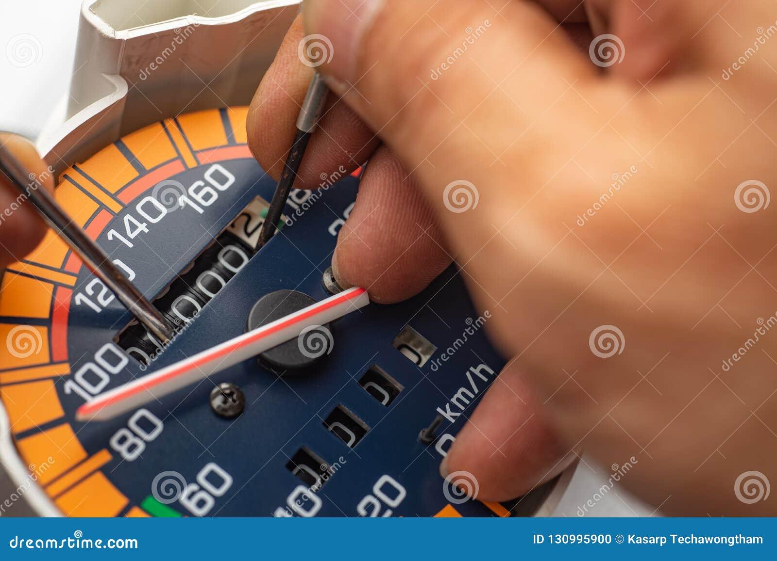 "Odometer Reprogramming ""car Clocking"" Hand Of Technician Mod"