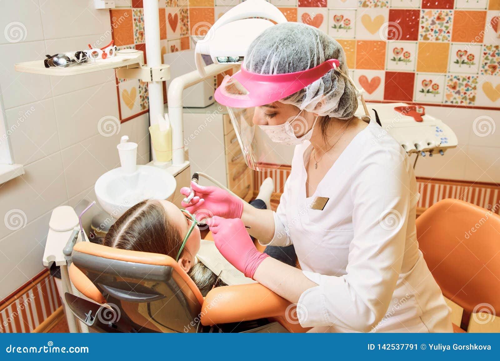 Odontoiatria pediatrica Il dentista tratta i denti della bambina