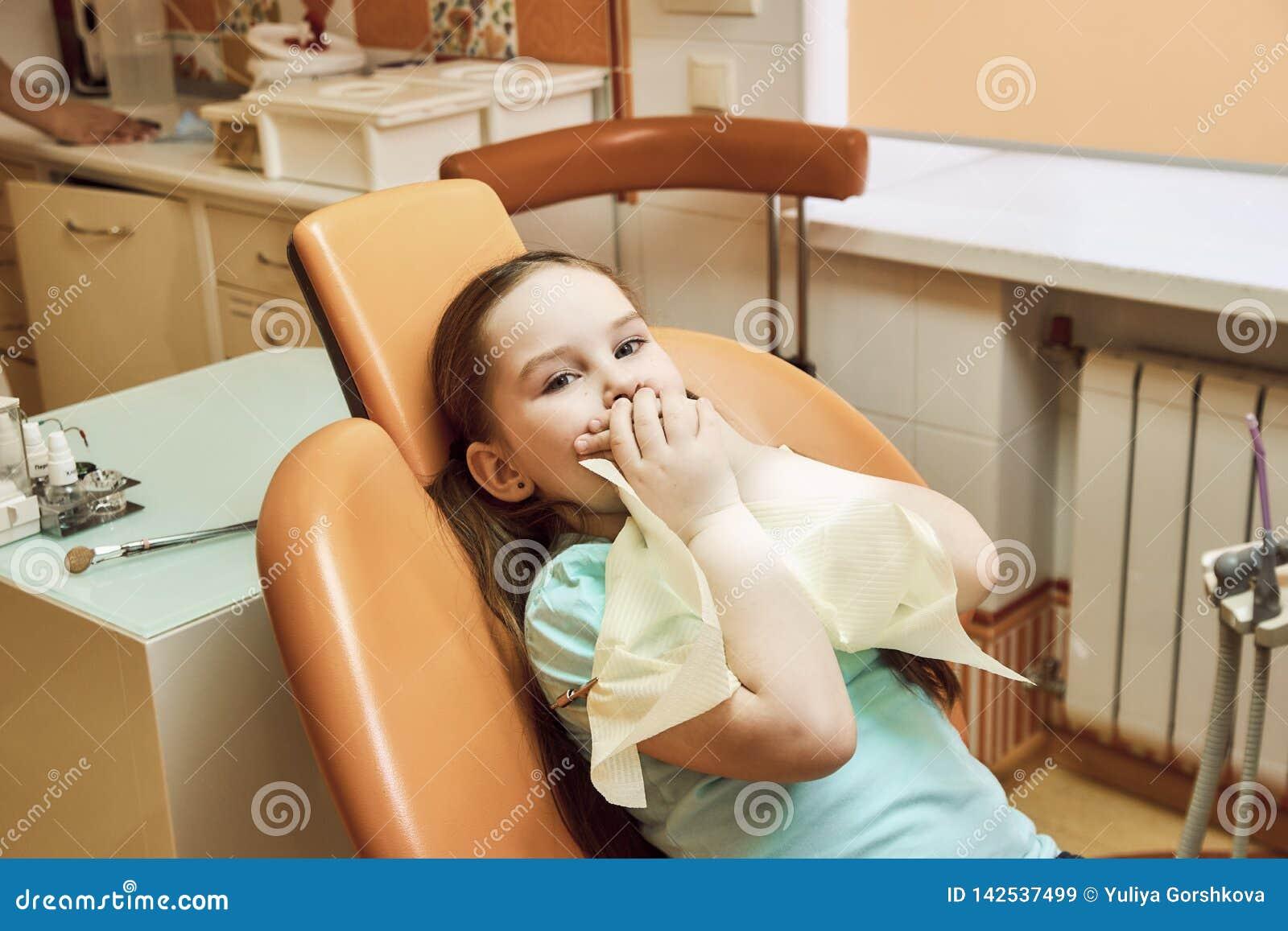 Odontologia pediatra A menina não quer tratar seus dentes