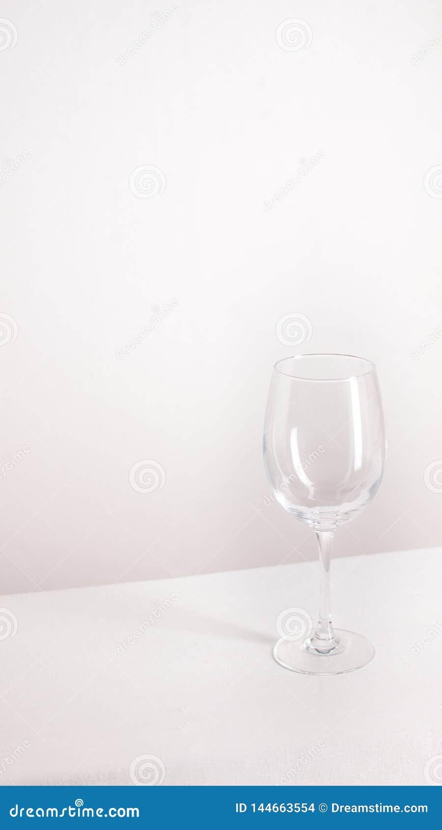 Odosobneni pu?ci wina szk?a stojaki na szarym tle