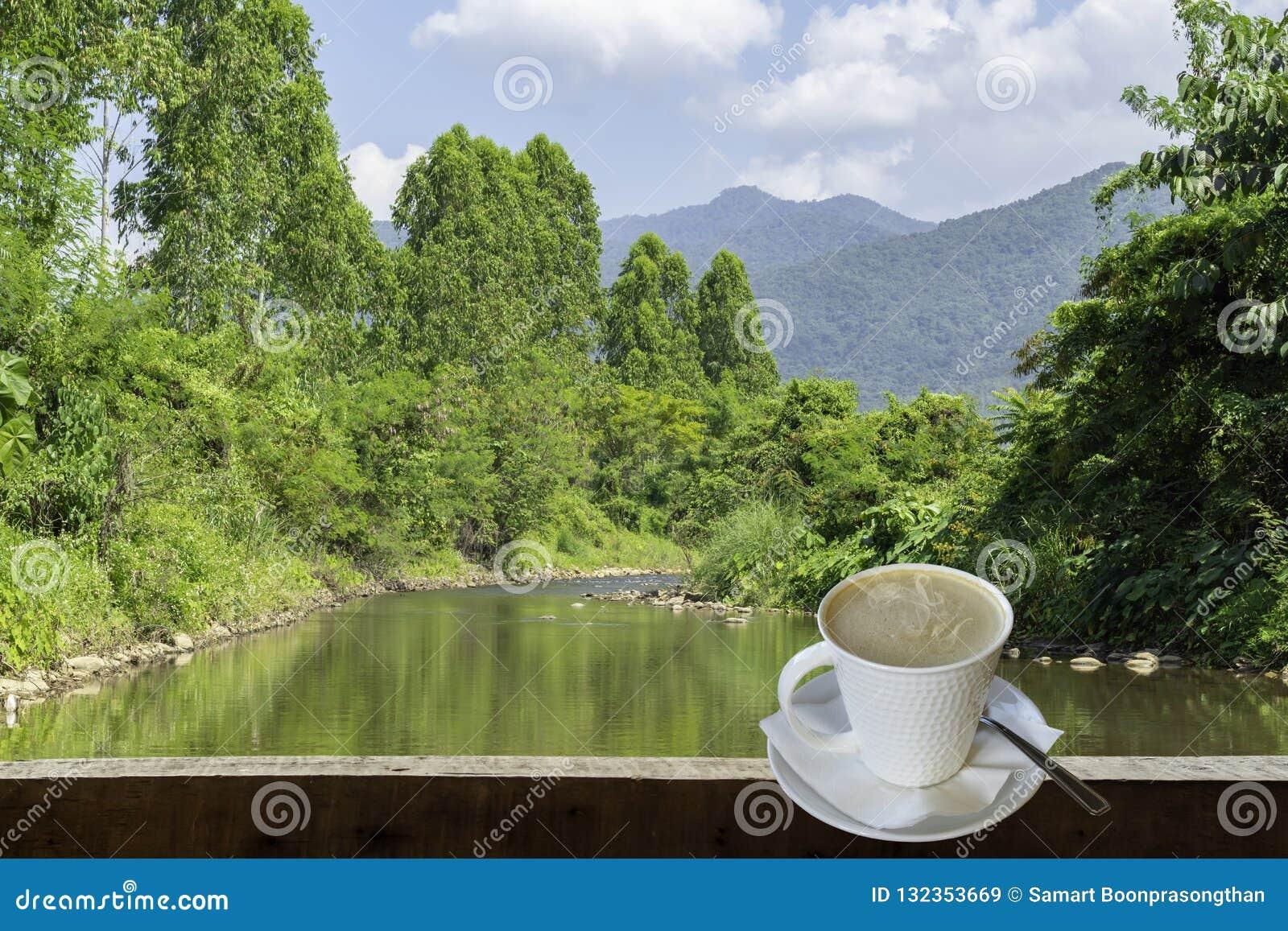 Odosobniona Gorąca kawa Stawia szkło biel z przypadkową przerwą dla