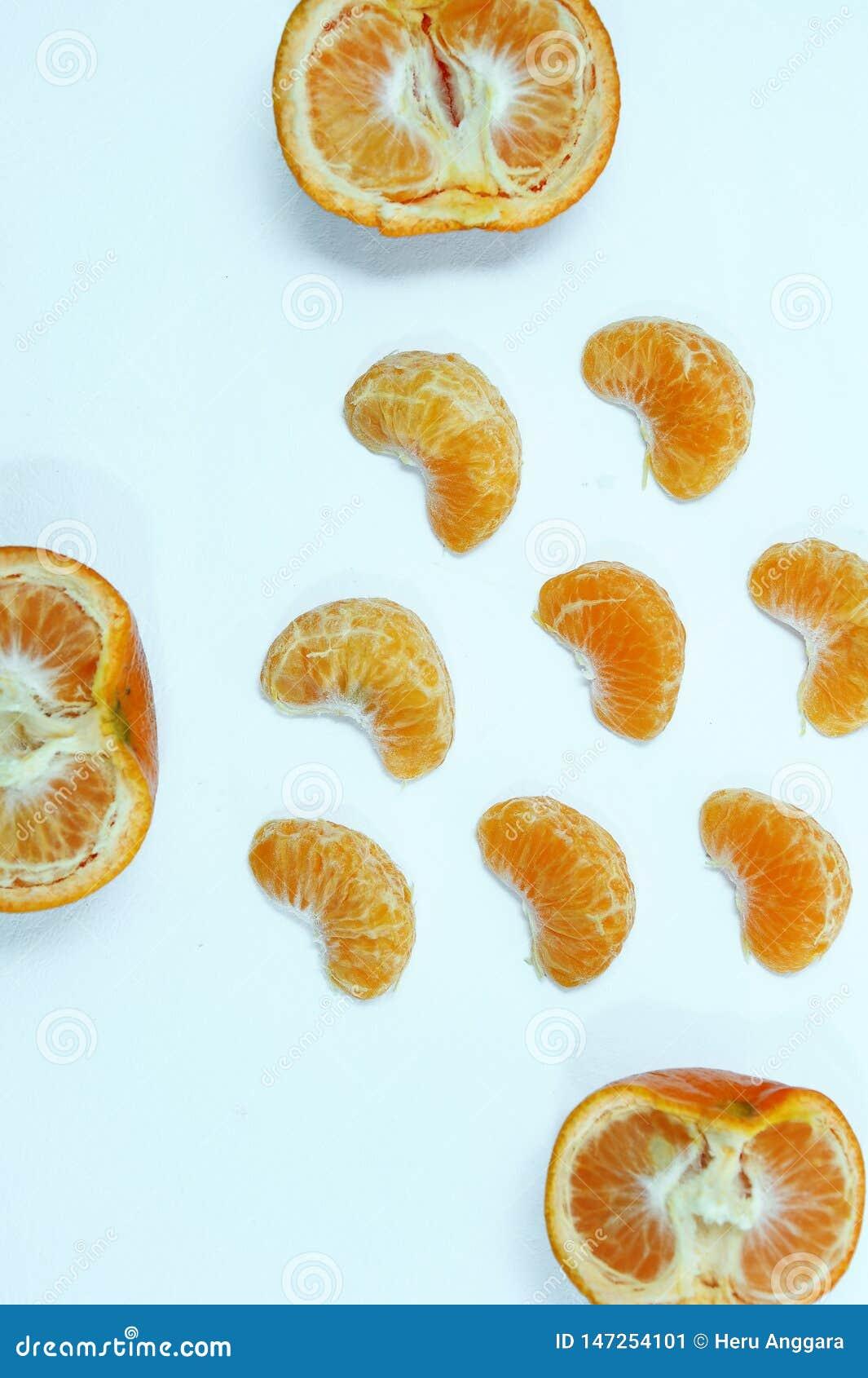 Odosobniona pomara?cze, kolekcja ca?e owoc i strugaj?cy segmenty pomara?cze lub clementine