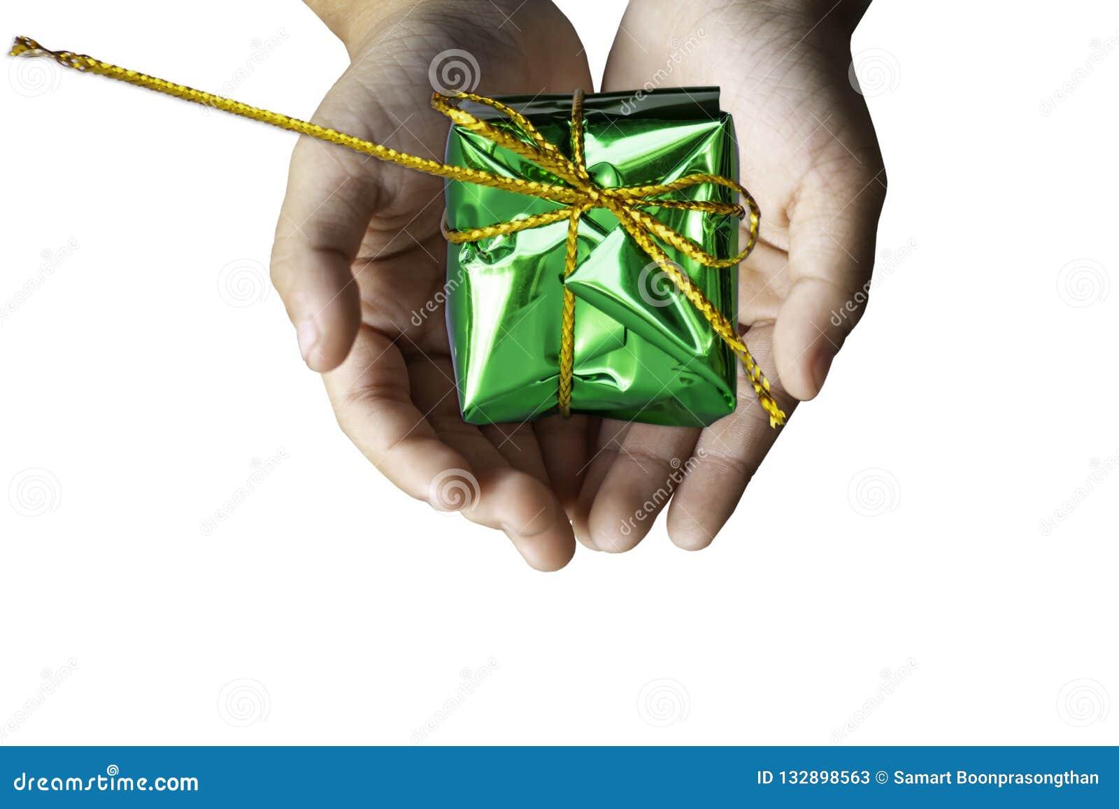 Odosobniona ręki mienia prezenta pudełka zieleń dla godów na wh