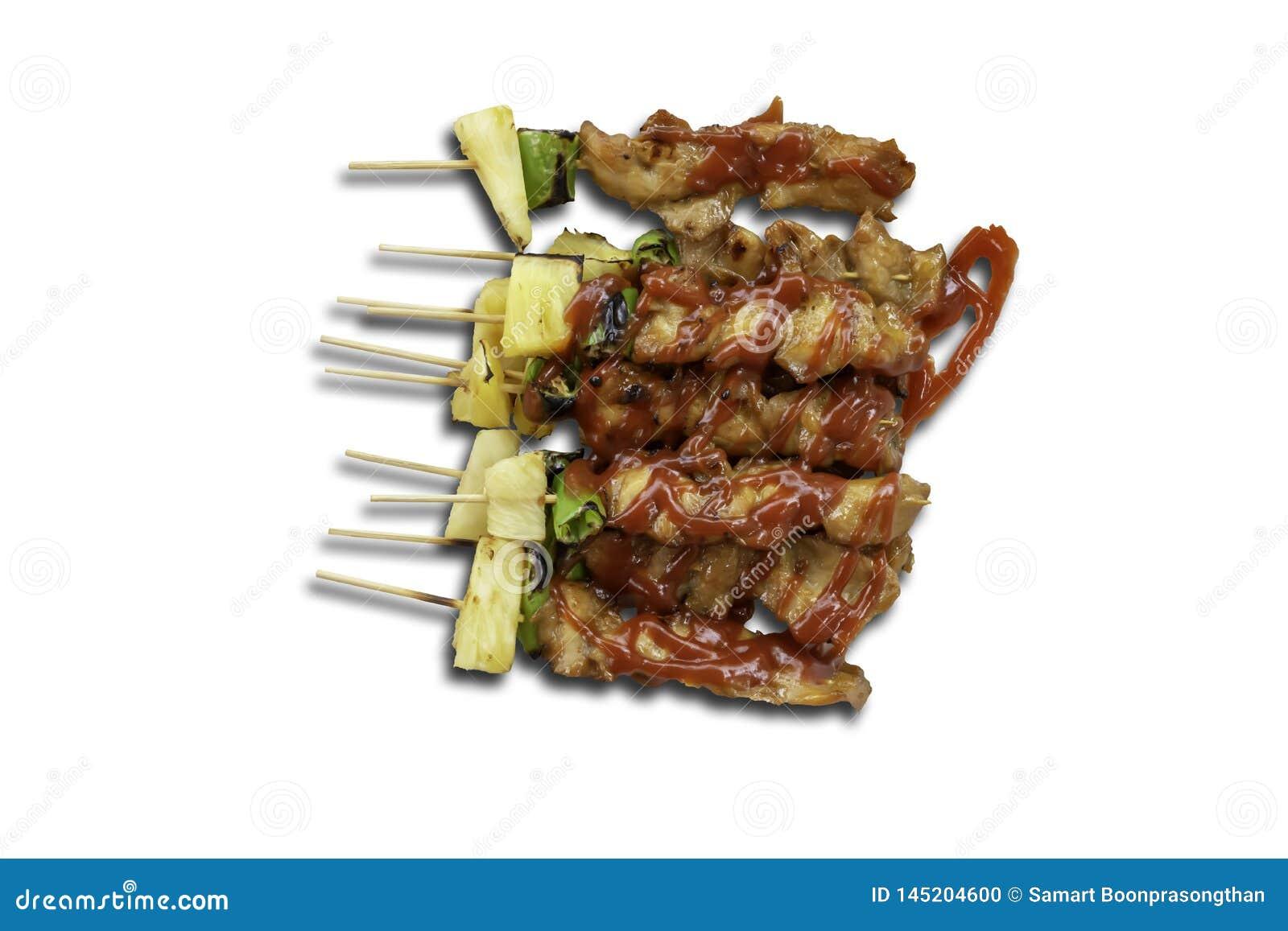 Odosobniony BBQ piec na grillu kurczaka z warzywami i pomidorowymi kumberlandami na białym tle z ścinek ścieżką