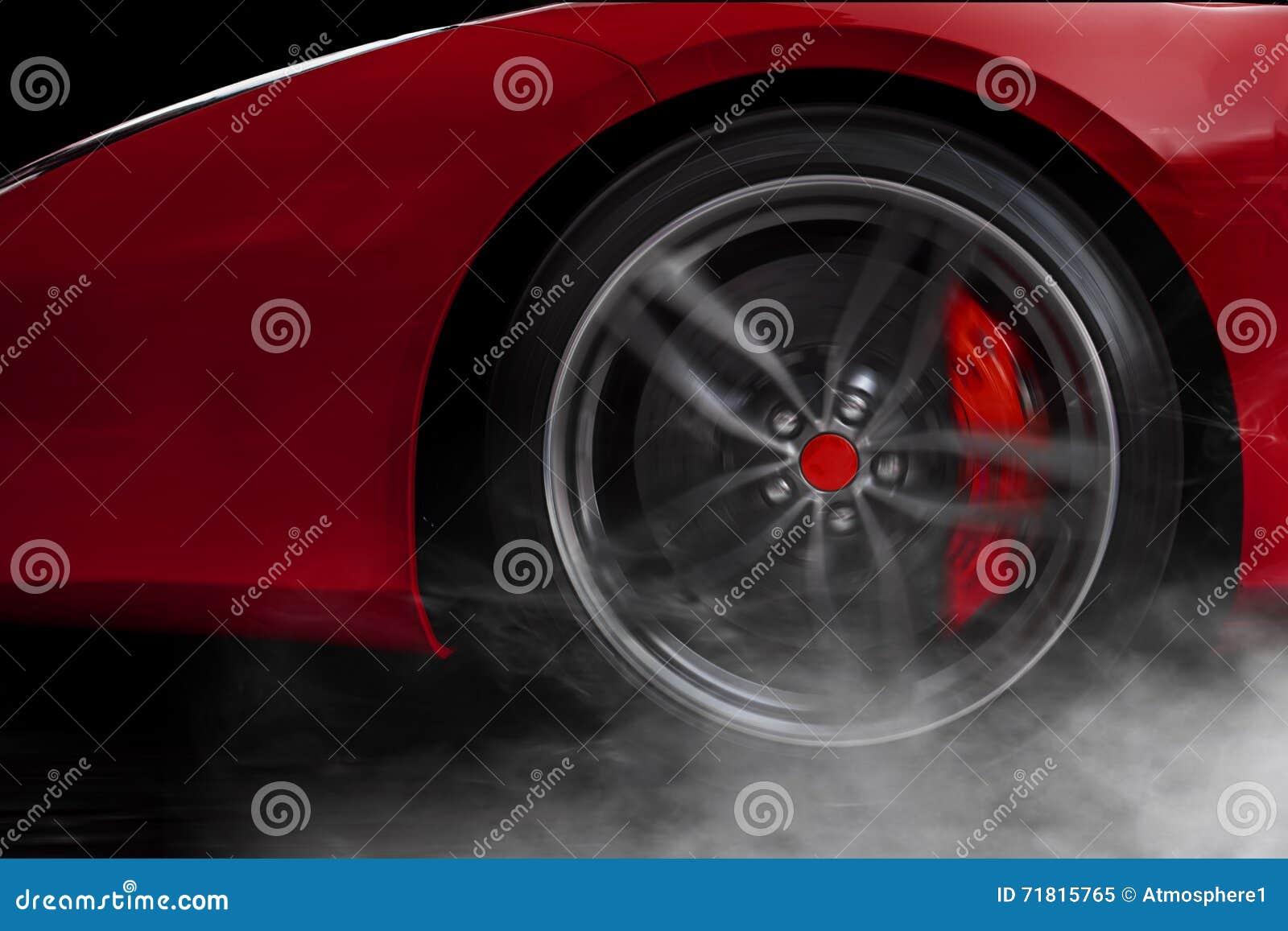 Odosobniony rodzajowy czerwony sportowy samochód z szczegółem na kole z czerwienią łama dryfować i dymić na ciemnym tle