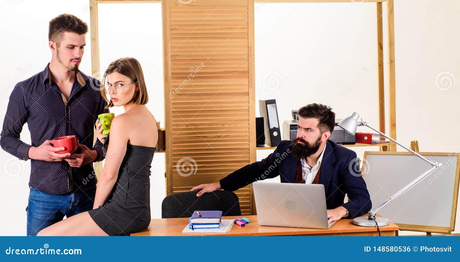 Odpoczynek jest mus dla my M?odzi coworkers cieszy si? spoczynkow? przerw? przy prac? Kierownicy pije herbaty w spoczynkowej godz