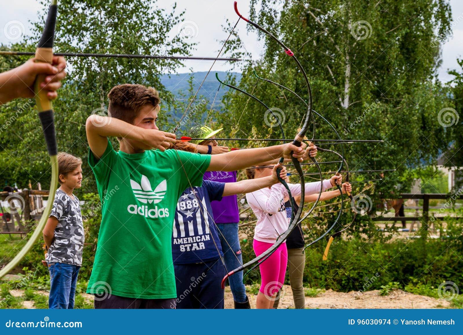 Odpoczynek w lat dzieci ` s equestrian obozie w Ukraina