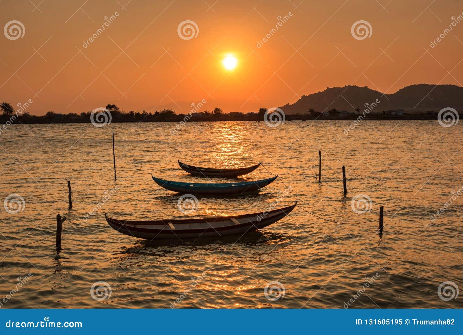 Odpoczynkowe łodzie przy półmrokiem przy Nai laguną