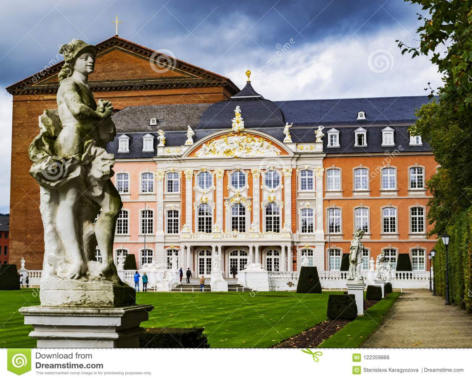 ODWAŻNIAK NIEMCY, PAŹDZIERNIK, - 16, 2014: Statua Mercury Ferdinand Tietz przed Elektoralnym pałac Palatina i aulą