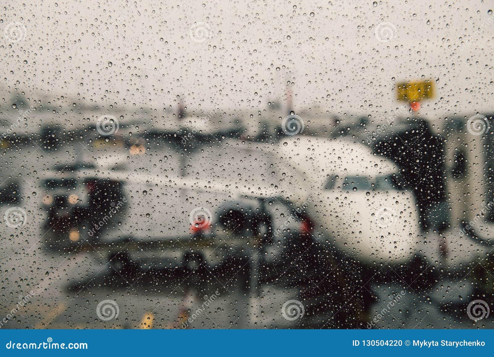 Odwoływający lot podczas warunek pogodowy pojęcia Samolot na bramie pod masywnym deszczem Opóźnienie lot
