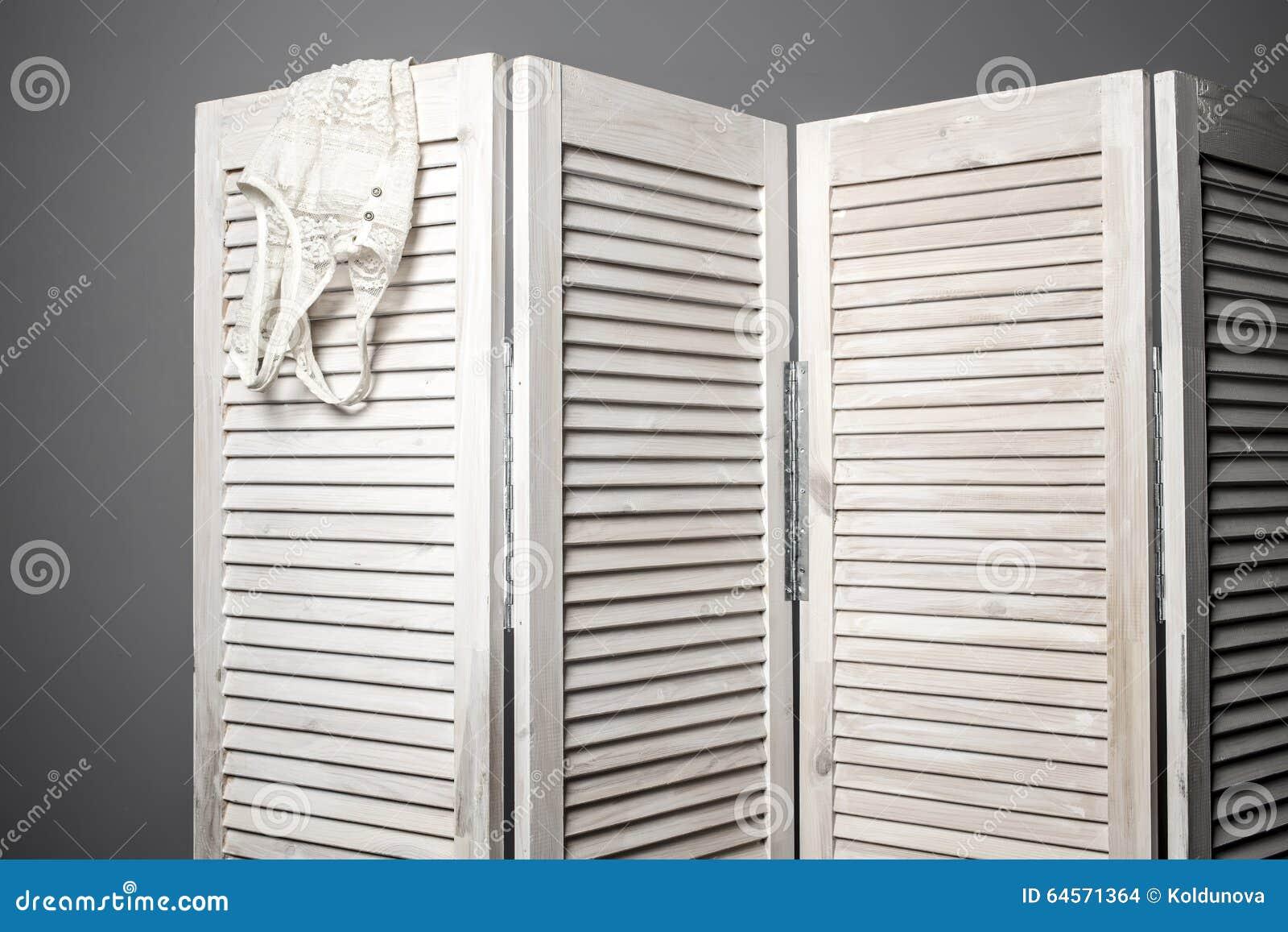 Odzieżowy obwieszenie na białym falcowanie ekranie