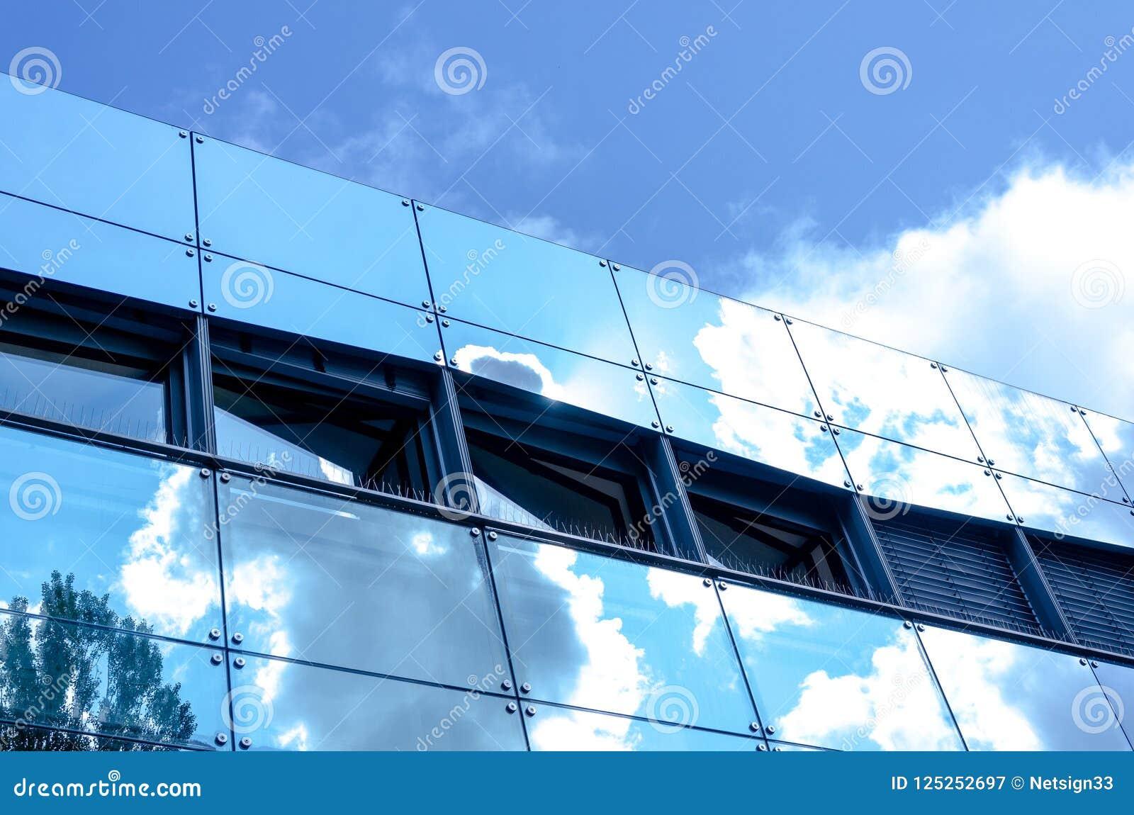 Odzwierciedlająca fasada z chmurami