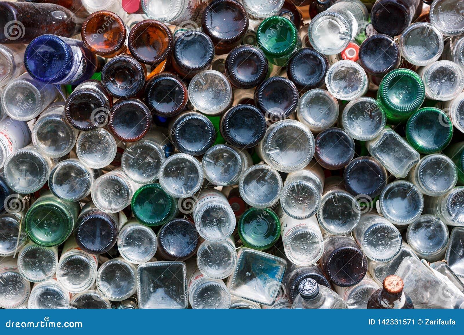 Oefa, Rusland - April 21, 2012: bodems van verschillende vuile glasflessen als muur achtergrondtextuur