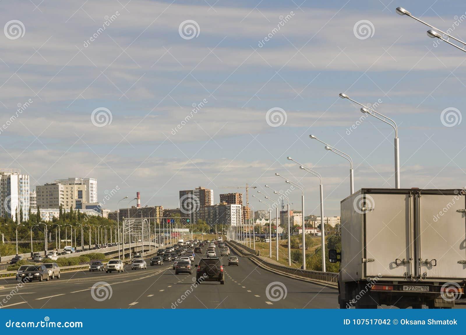 Oefa, Siberië Rusland 1 augustus, 2017 Straten van de stad met hoge huizen en partij van auto s in de zomer traveling