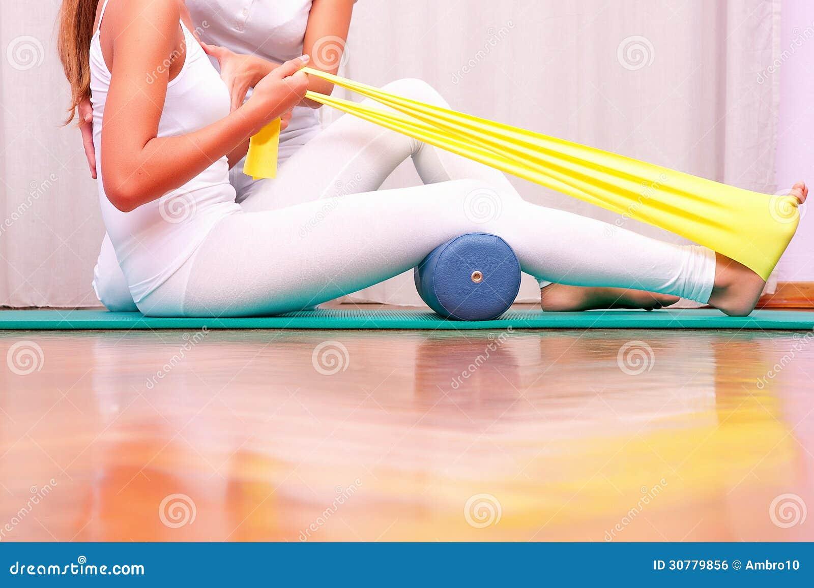 Oefeningen Met Elastiek Die Tibial Tarsal Versterken Royalty vrije Stock Afbeelding   Afbeelding