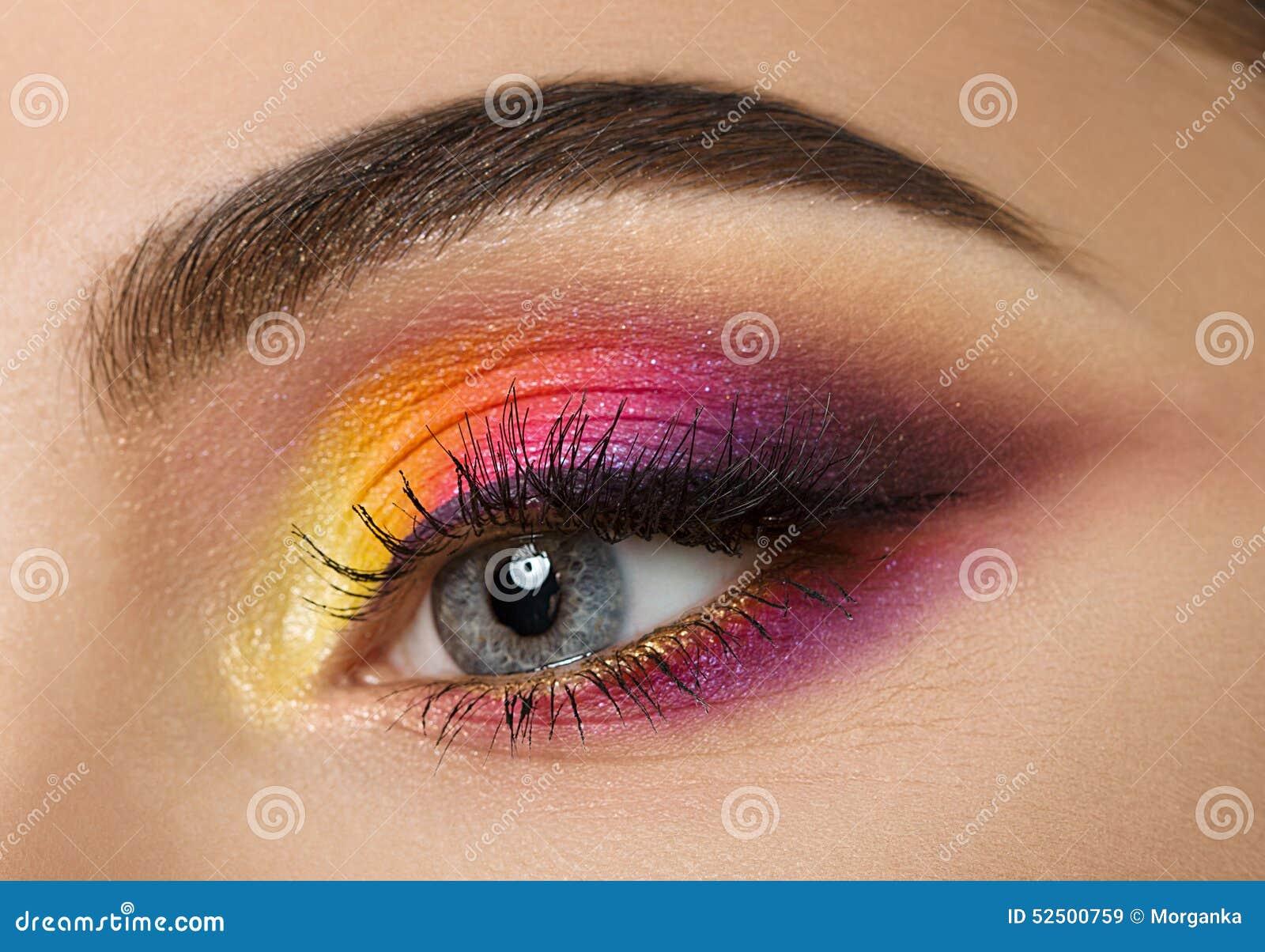 oeil de femme avec le beau maquillage color images libres de droits - Colori Maquillage
