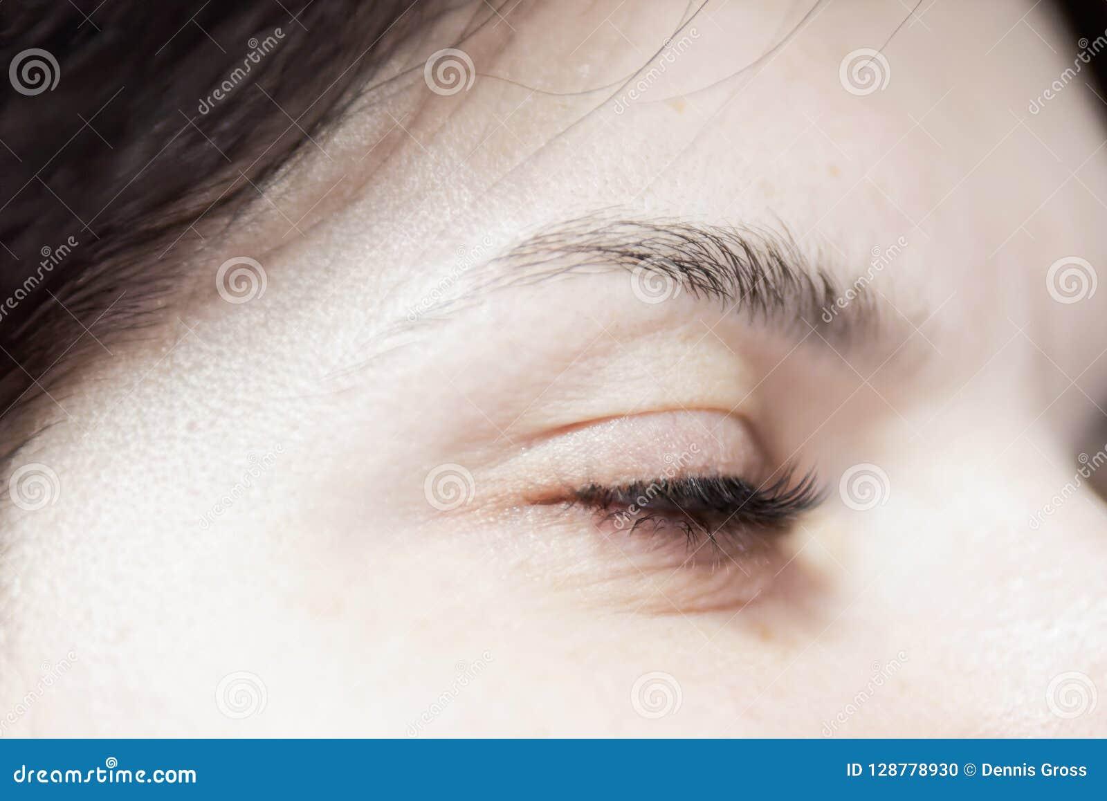 Oeil fermé de femme avec le long cil
