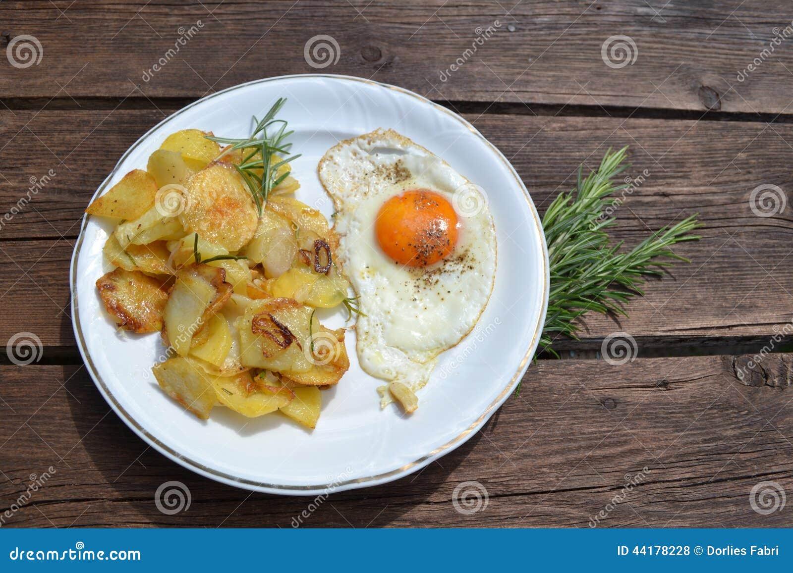 oeuf au plat avec les pommes de terre frites photo stock image du potatoes romarin 44178228. Black Bedroom Furniture Sets. Home Design Ideas