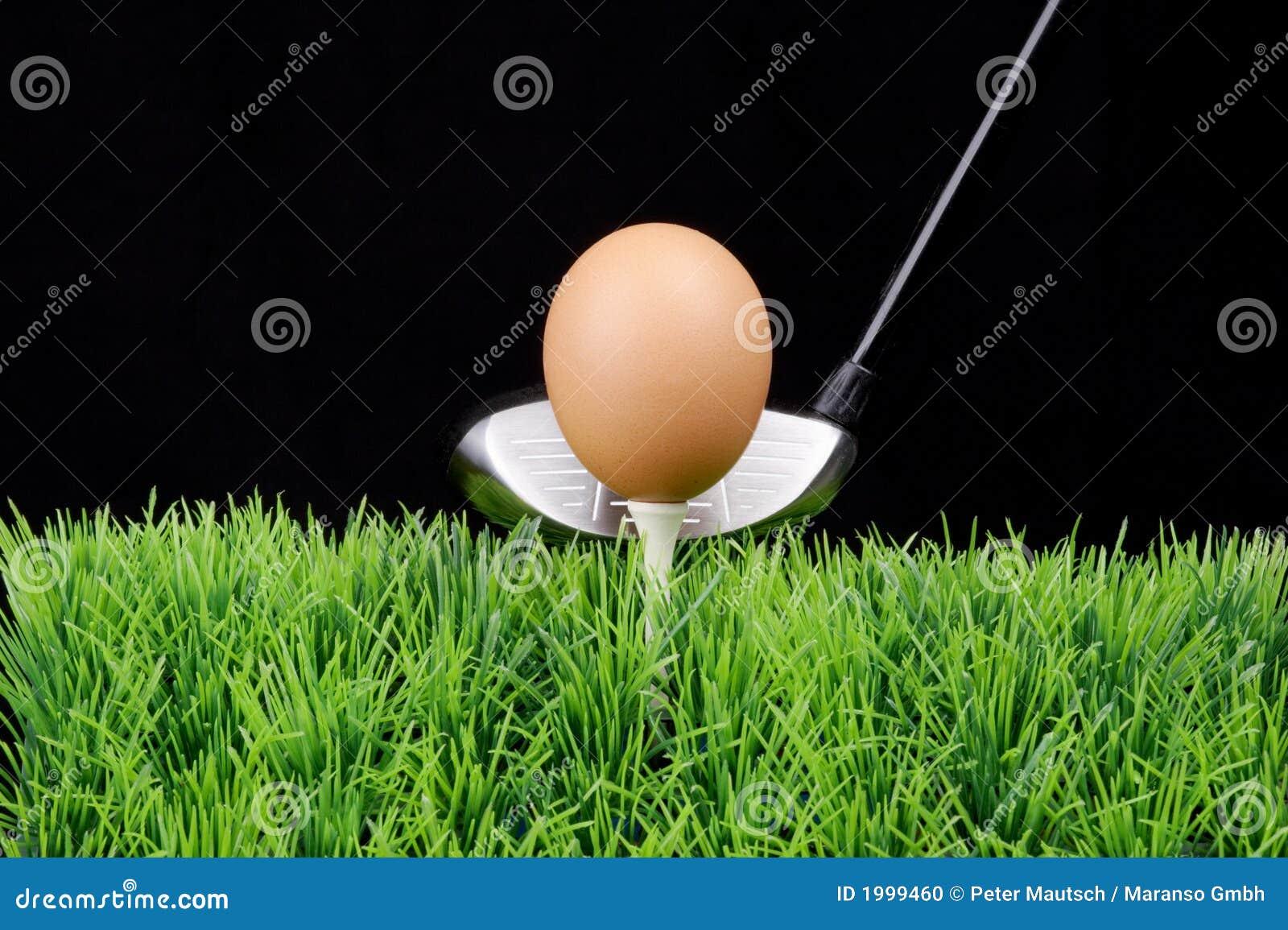 Oeuf de pâques sur le té de golf avec le gestionnaire de golf