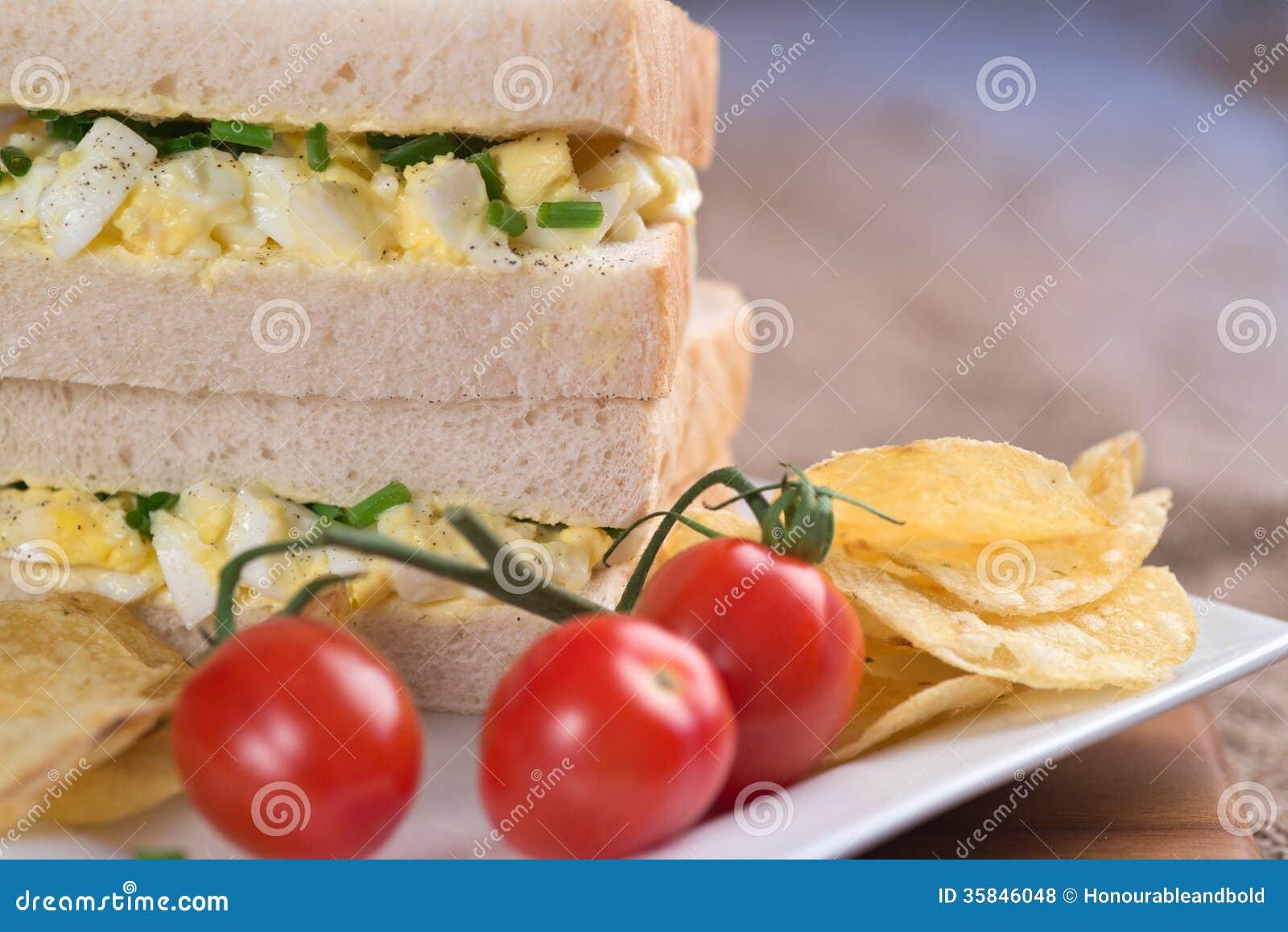 Oeuf frais sur le sandwich blanc dans l 39 arrangement for Arrangement de cuisine