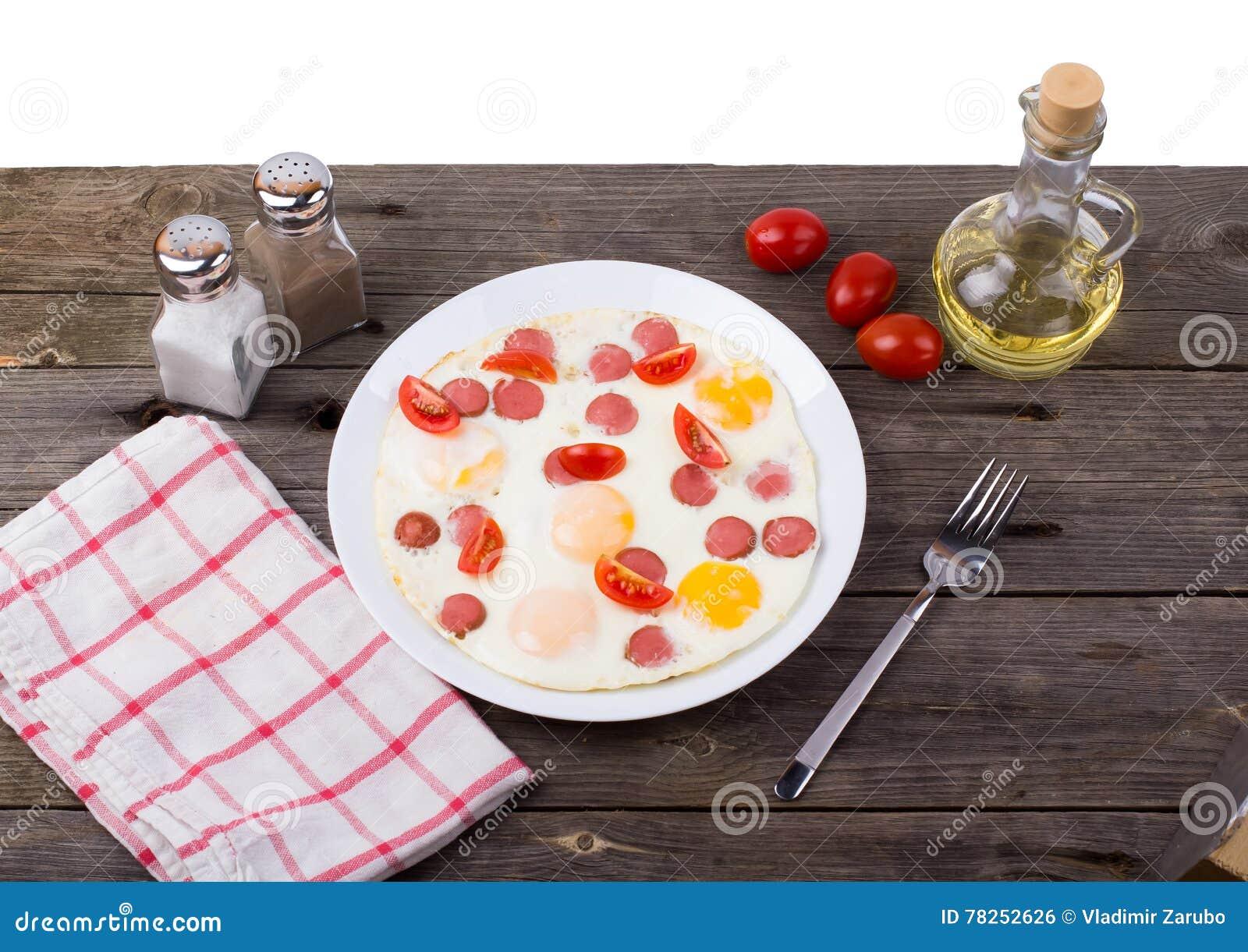 Oeufs au plat avec des tranches de saucisse