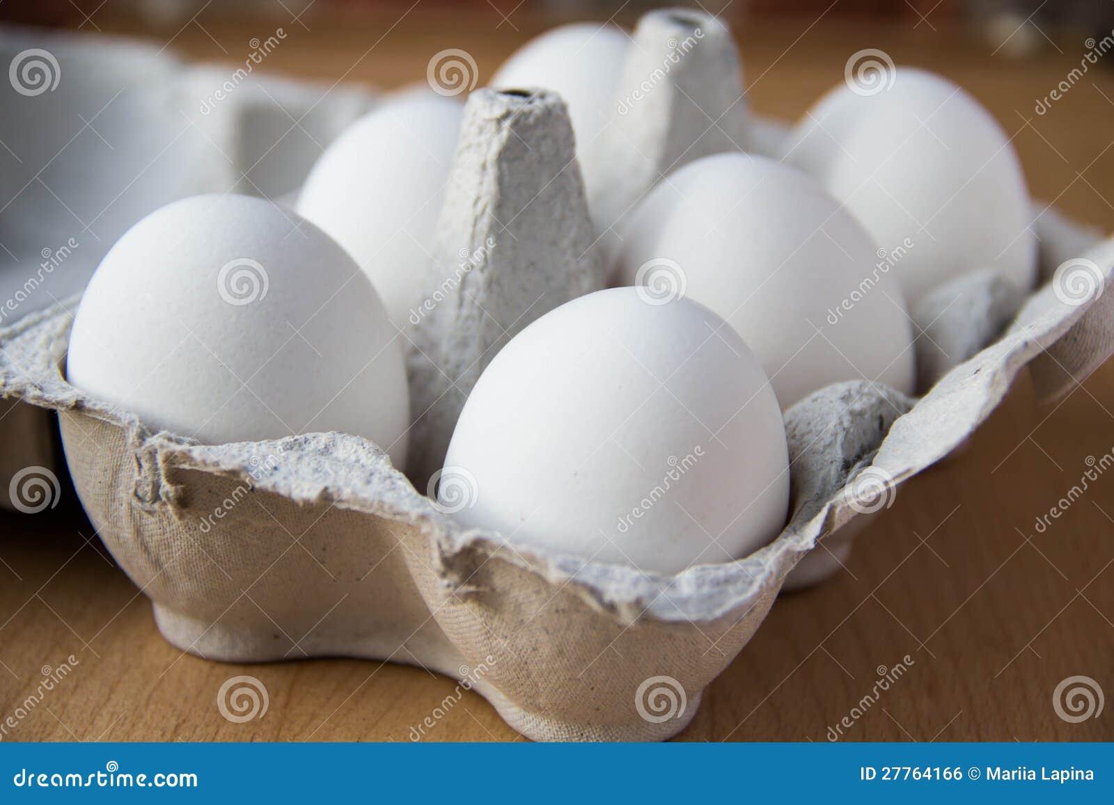 Oeufs blancs dans le cadre