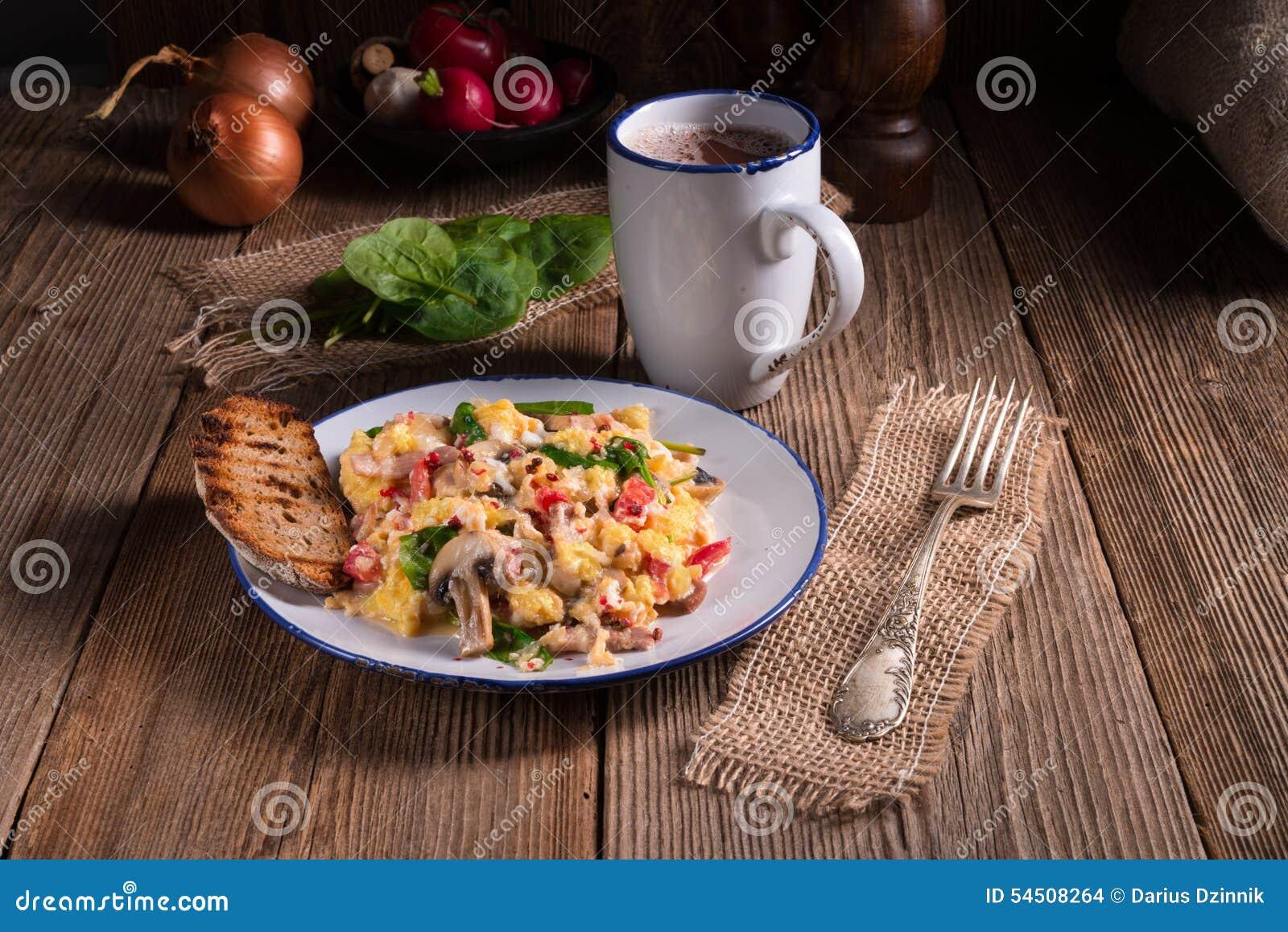 Oeufs brouillés avec des tomates et des épinards